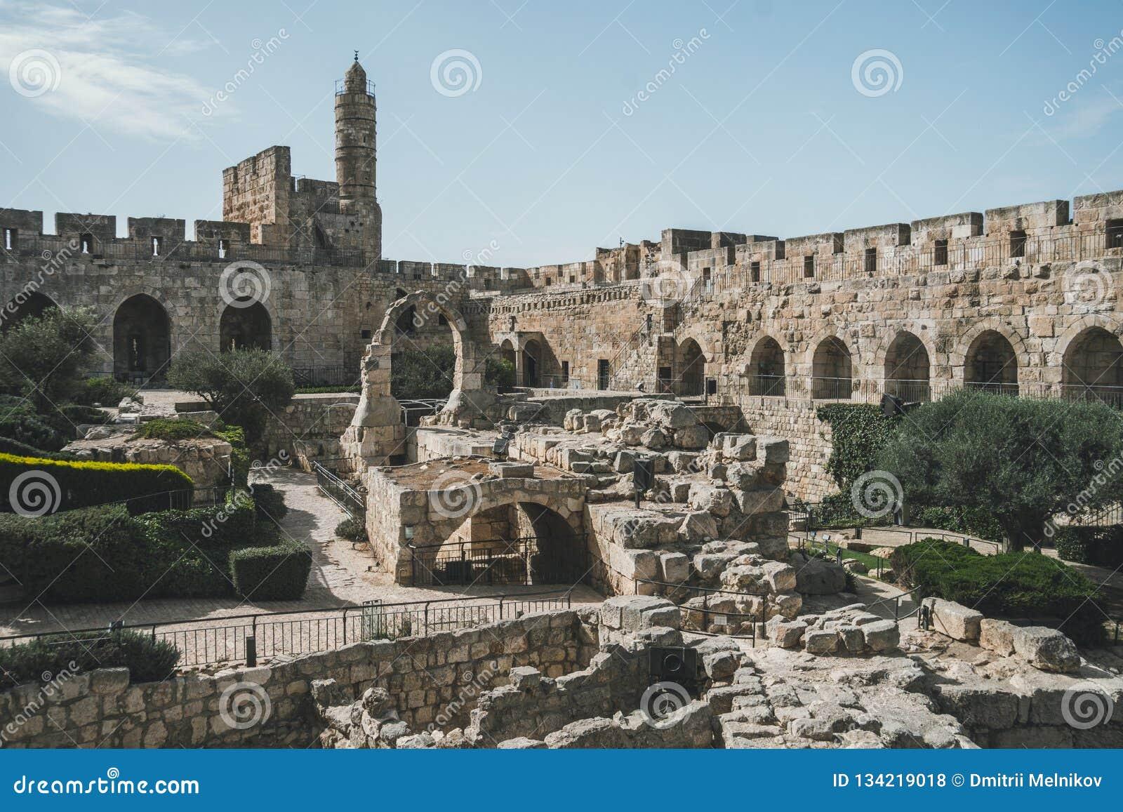 Башня цитадели Дэвида или Иерусалима Израиль Иерусалим Двор, за высокой каменной стеной Осмотр достопримечательностей в старом го