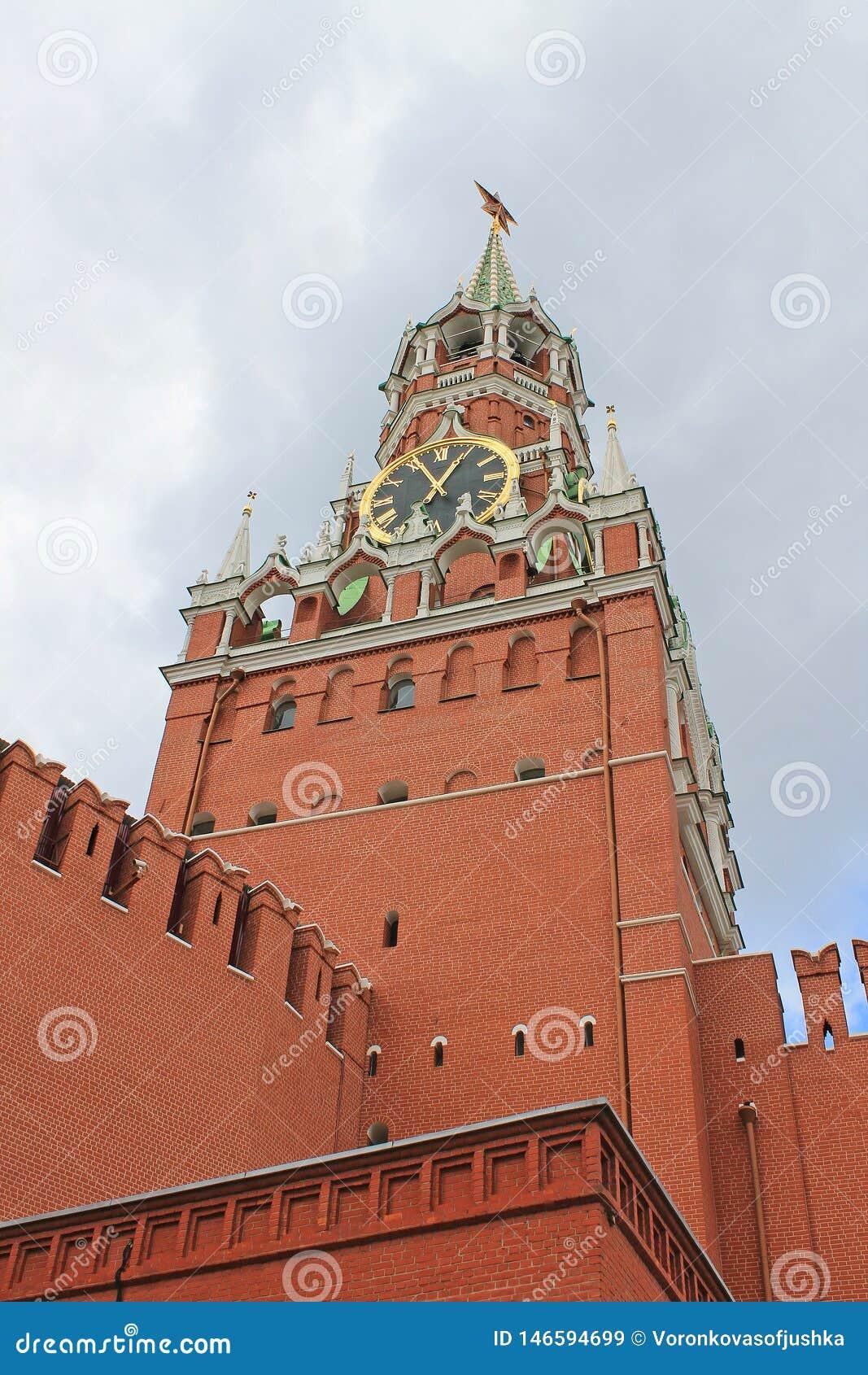 Башня Spasskaya Кремля на красной площади в Москве, России