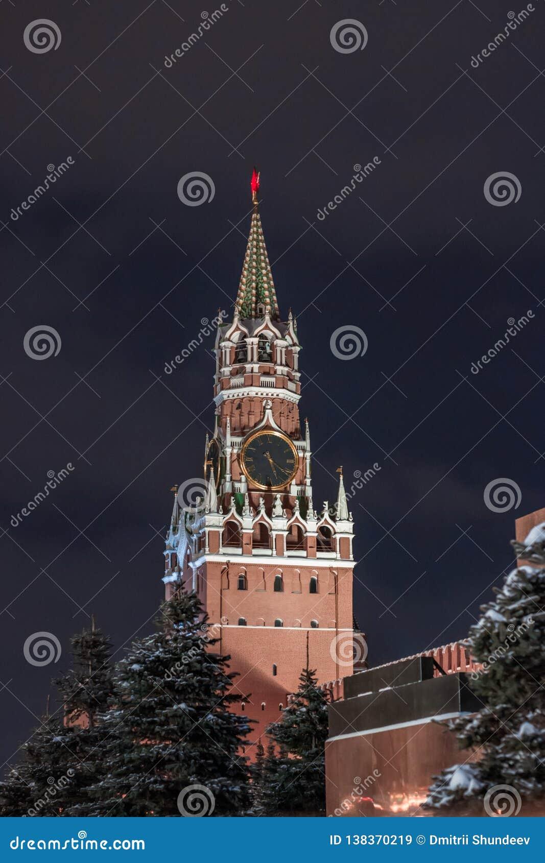 Башня Spasskaya на красной площади, Москве, России с синим небом выше