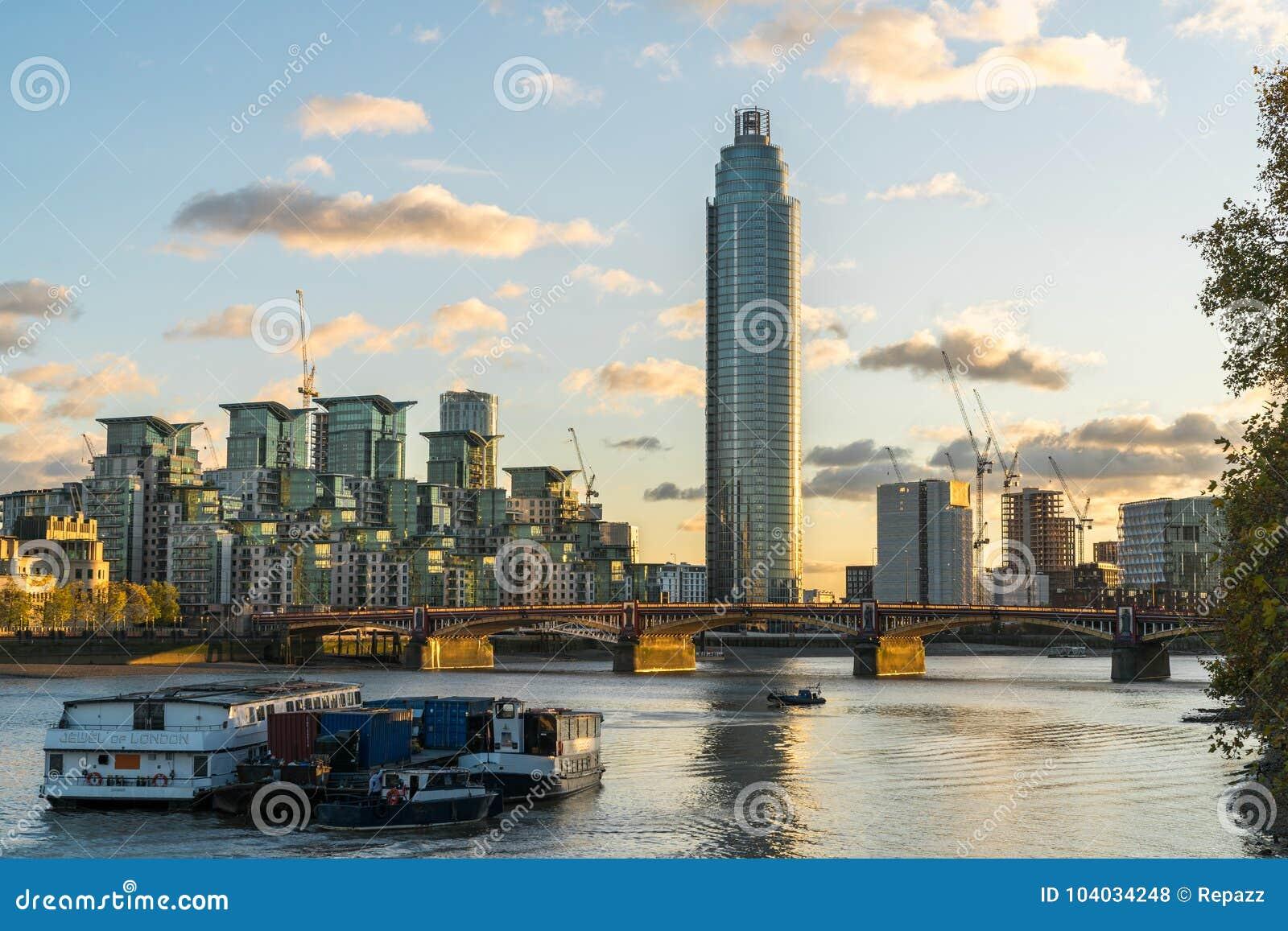 Башня Vauxhall на свете захода солнца