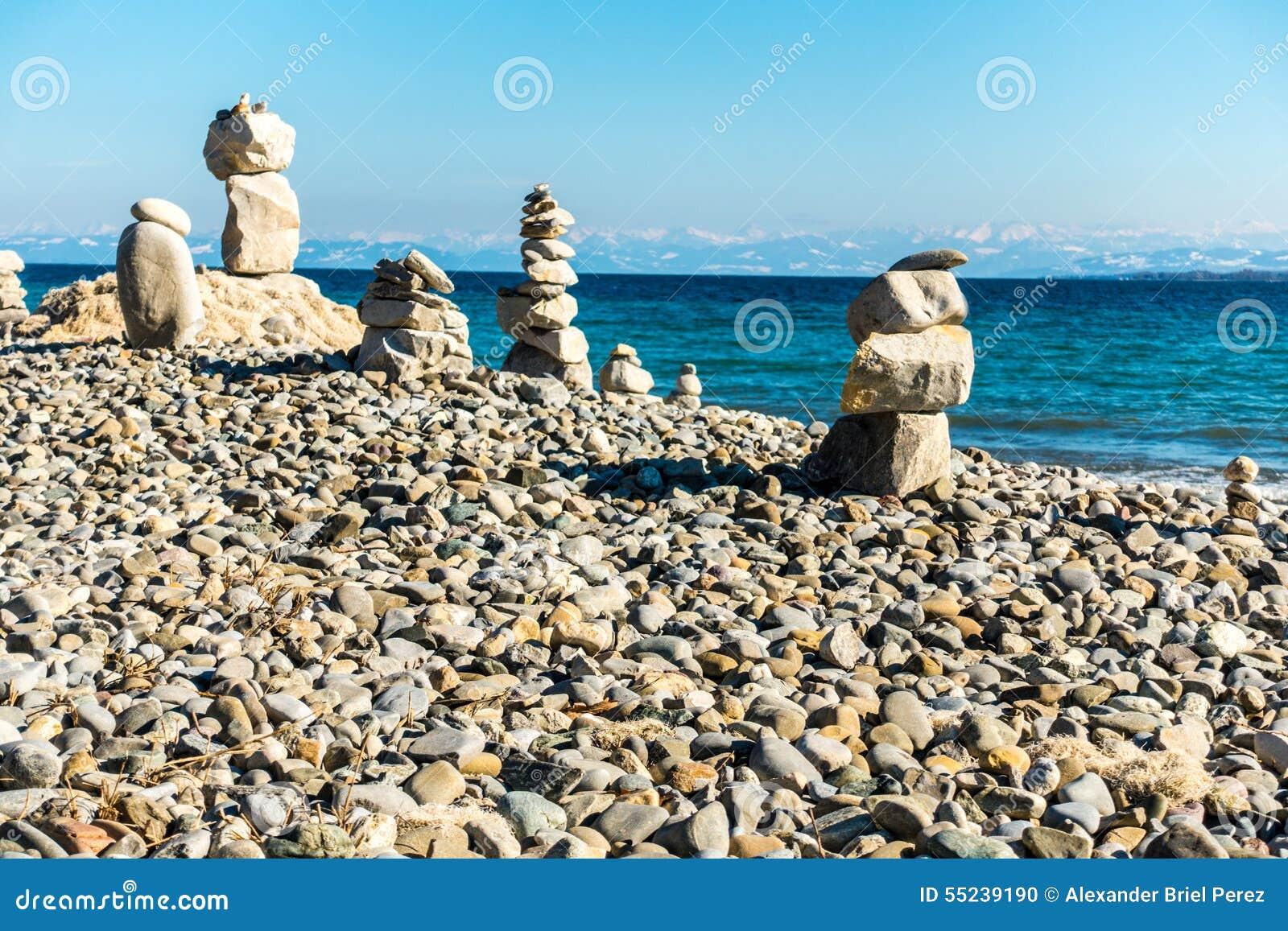 баланс предпосылки сбалансированный близко покрасил 4 серых камня камня камушка вверх