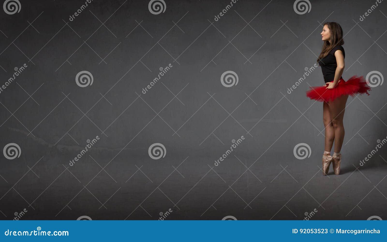 Балерина смотря пустой бальный зал abastract