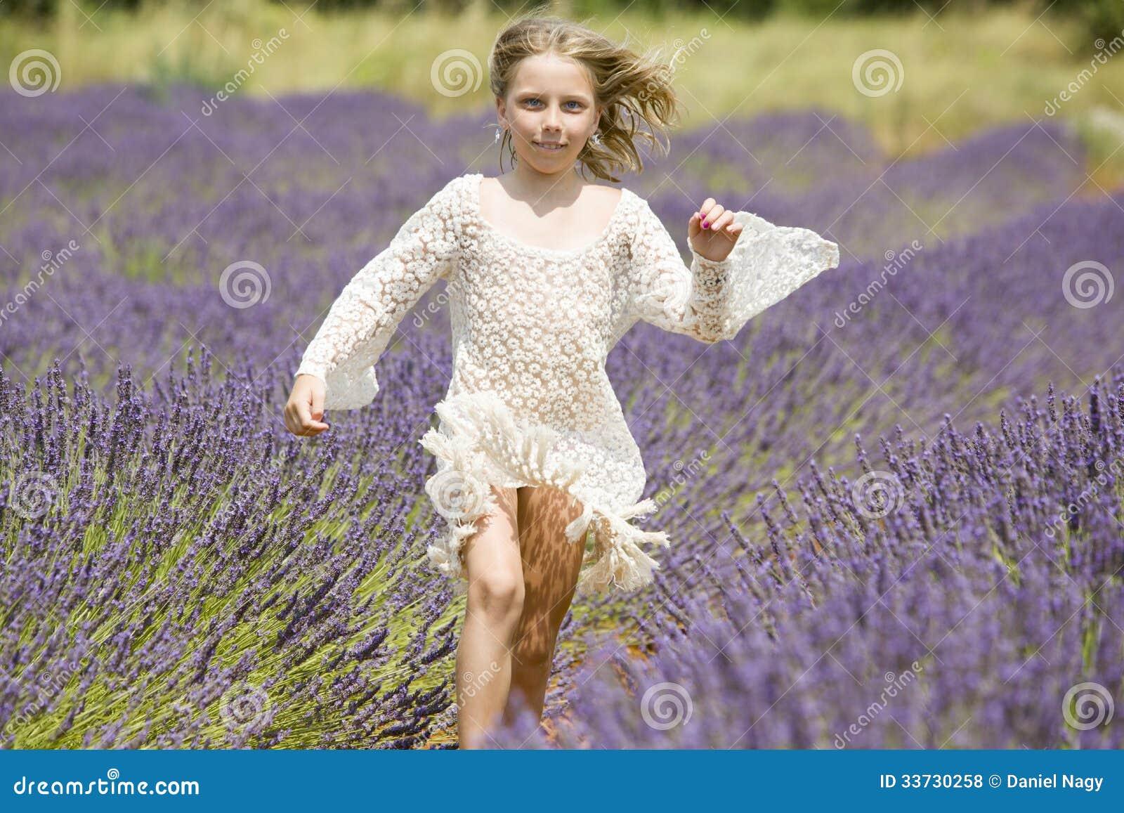 Бега маленькой девочки в фиолетовом поле лаванды