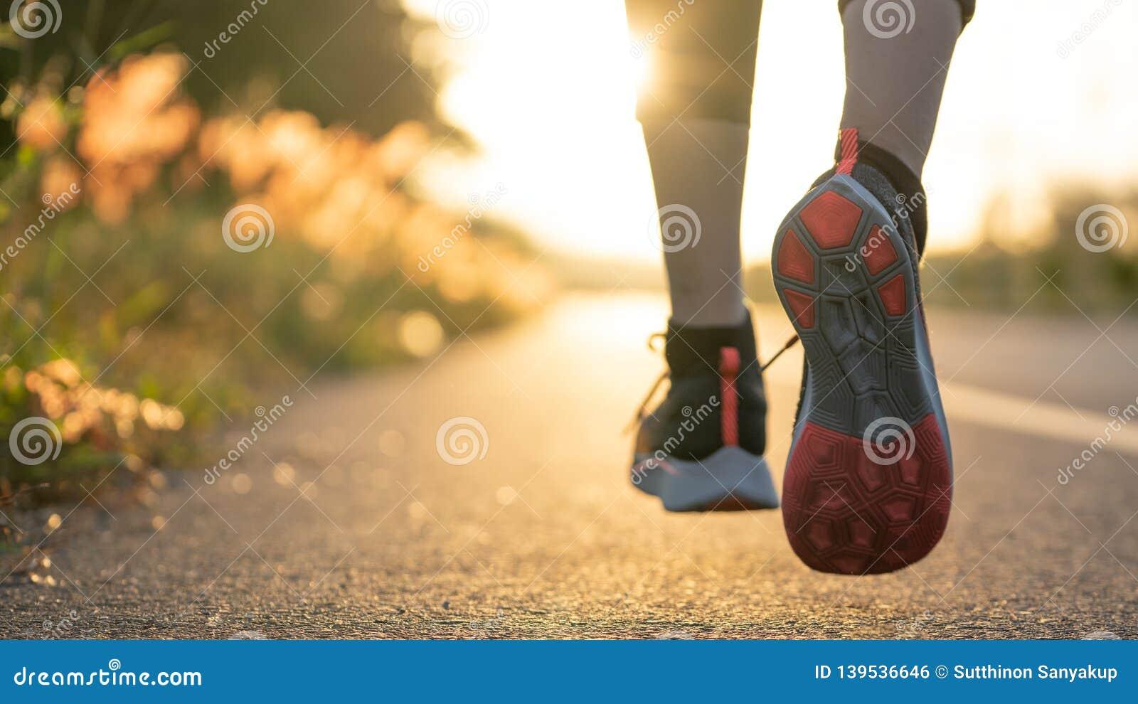 Бегун бежать на дороге моста города, молодой спортсмен молодой женщины бегуна женщины фитнеса бежать на дороге