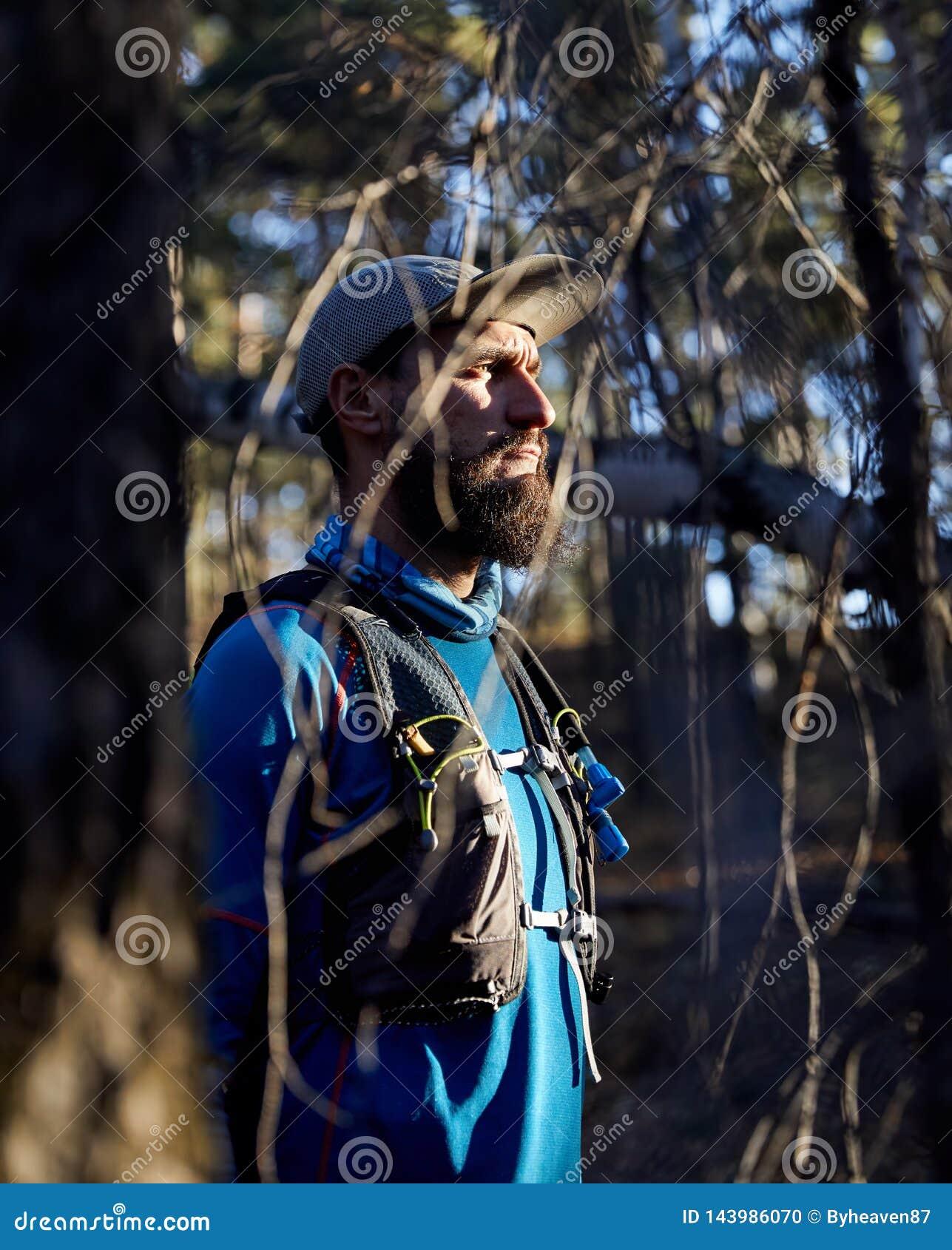 Бегун следа в лесе