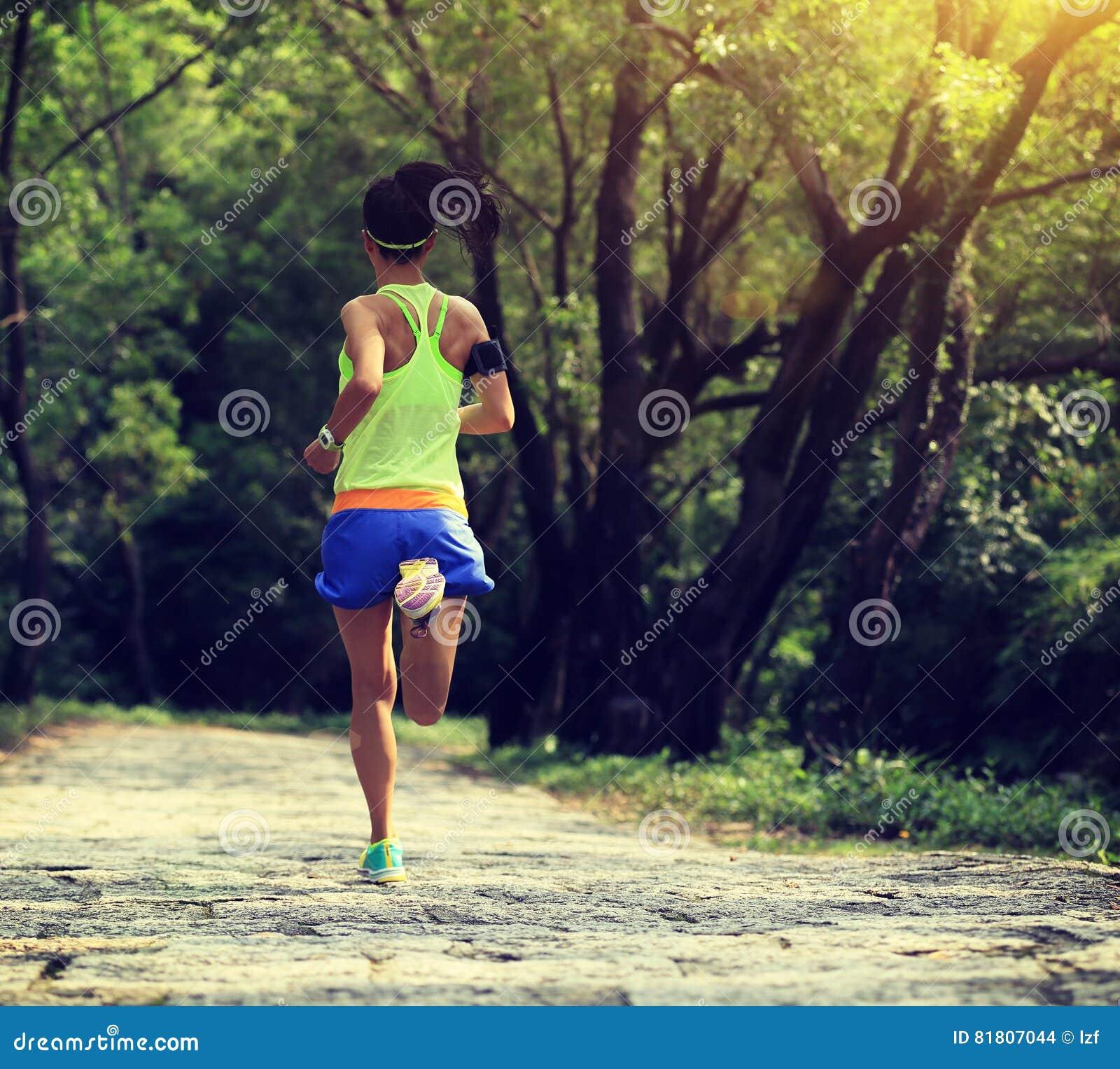 Бегун следа женщины бежать на лесе