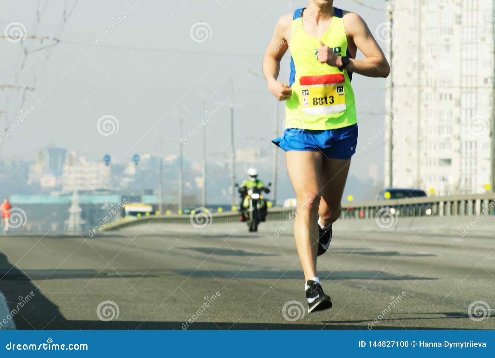 Ход марафона в свете утра Бег на дороге города Бег ног бегуна спортсмена Бегун молодой женщины бежать на городе