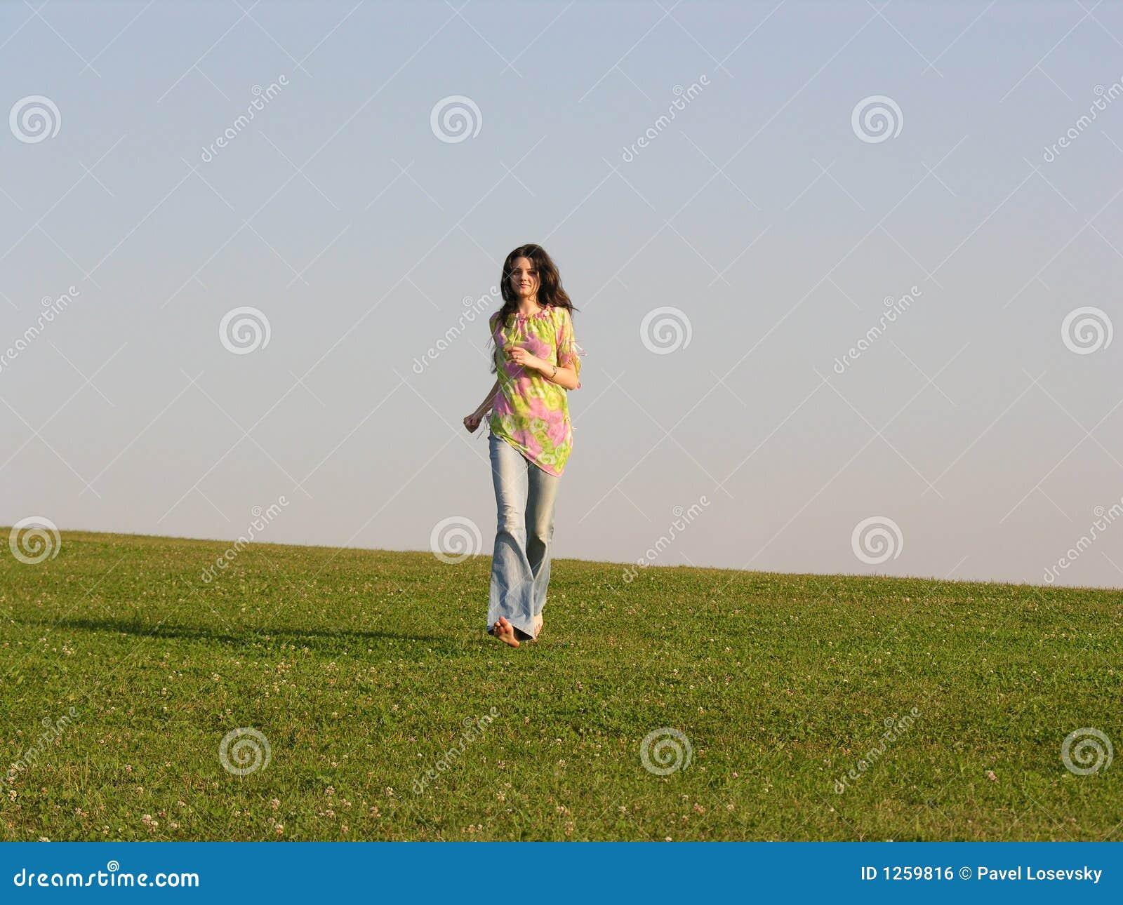 бег травы девушки