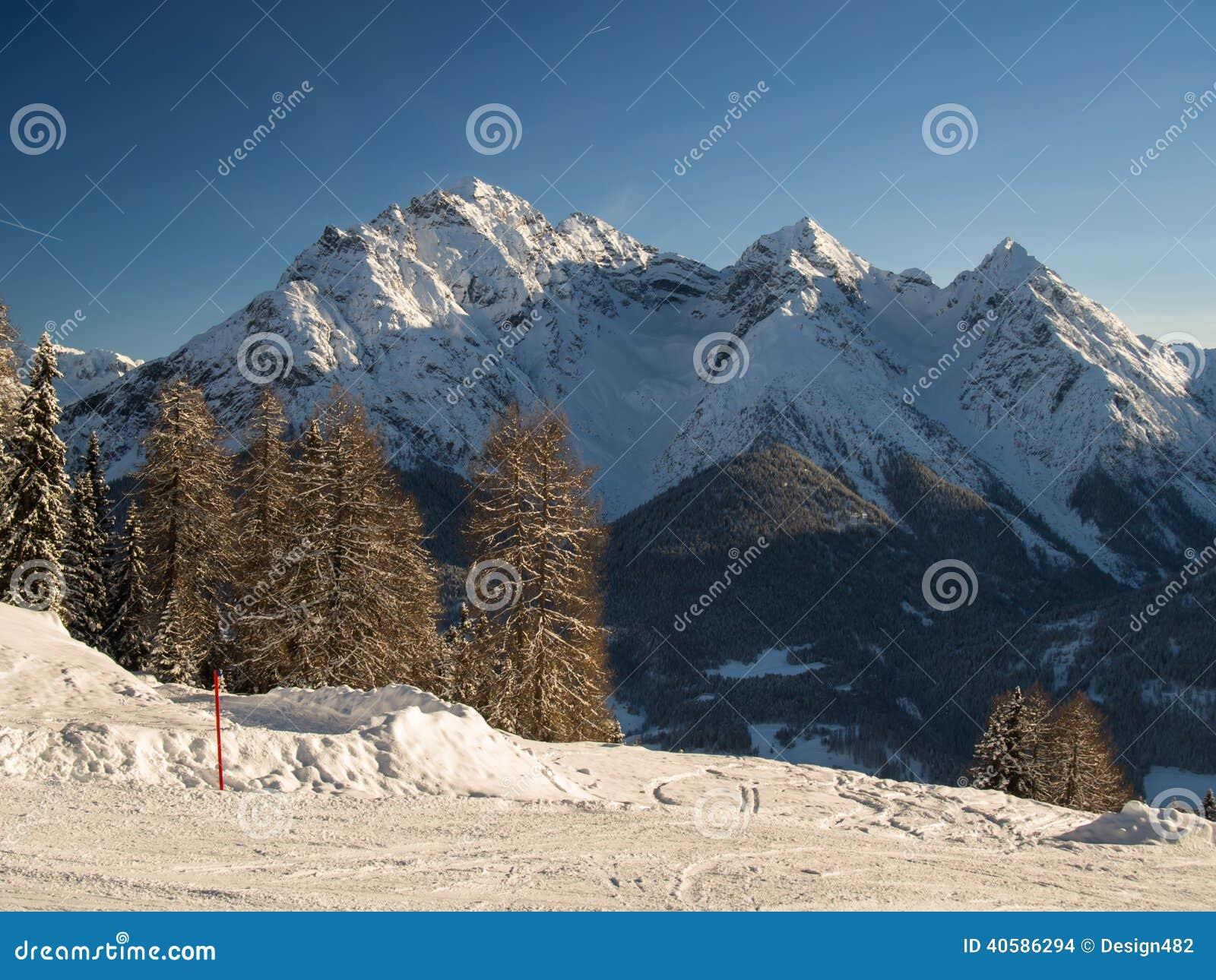 Бег лыжи перед группой Sesvenna