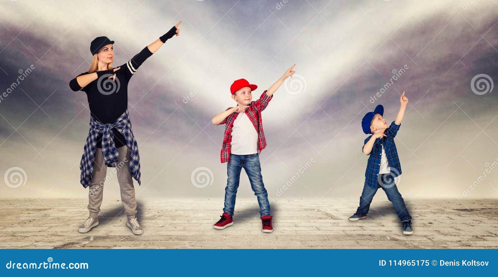 Бедр-хмель танца матери и 2 сынов уклад жизни урбанский поколение Бедр-хмеля
