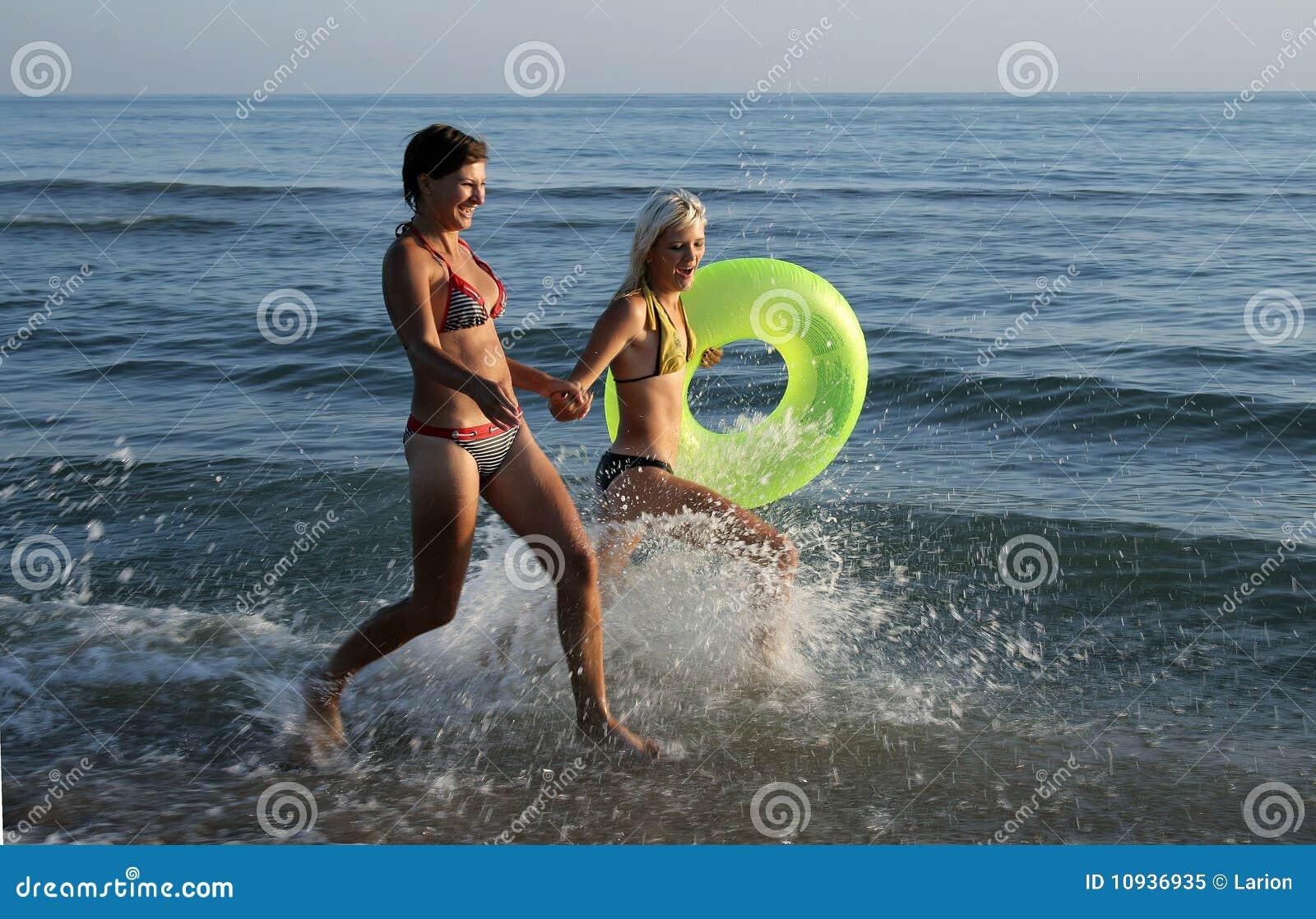 бежать девушок пляжа