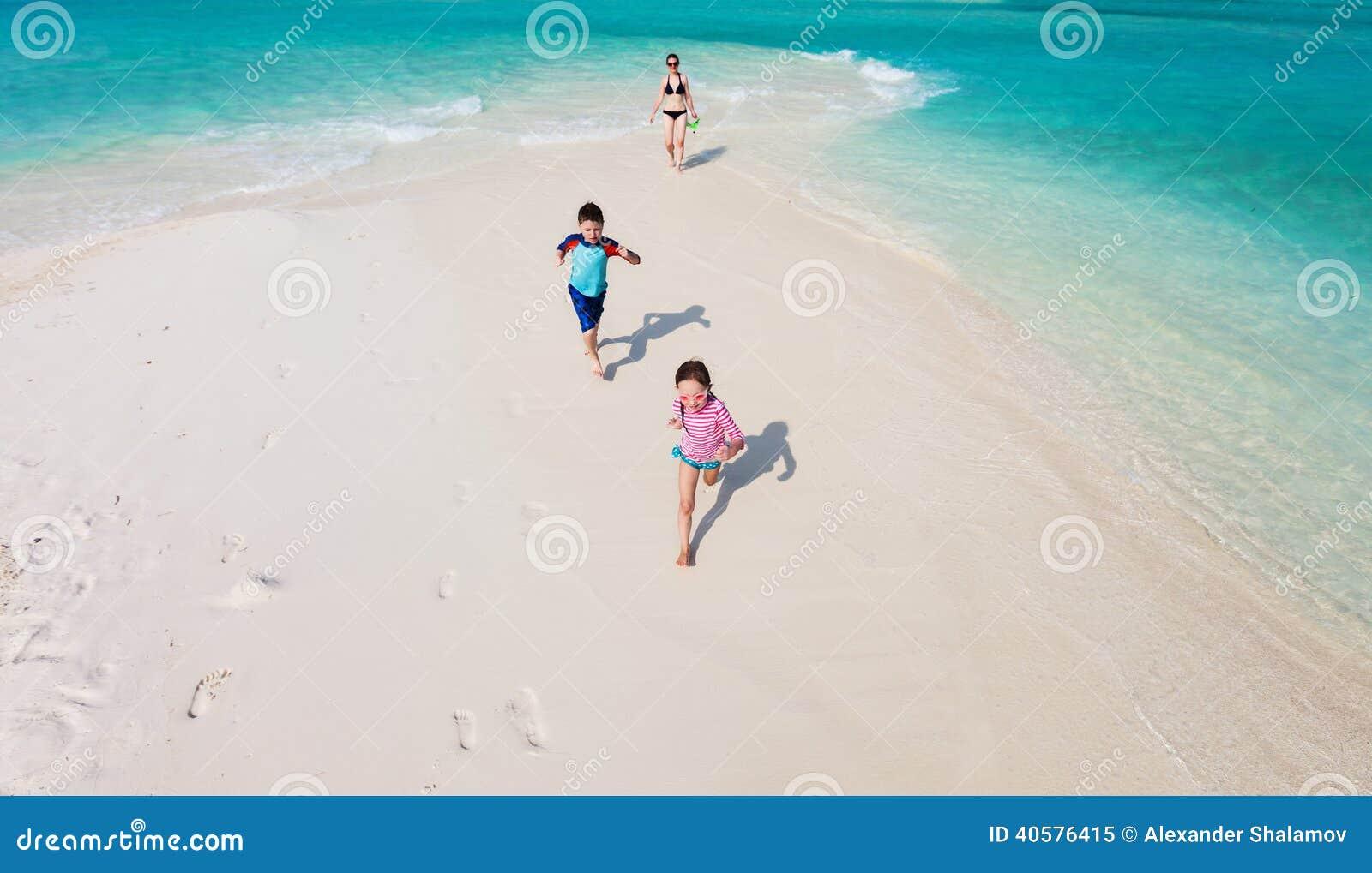 бежать малышей пляжа