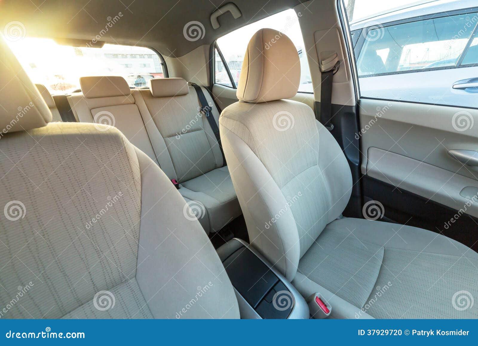 Бежевый интерьер автомобиля