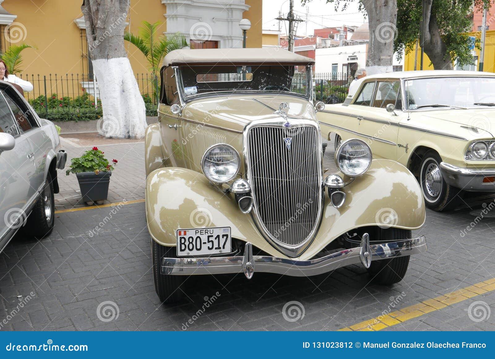 Бежевый родстер 1932 Форда V8 в Barranco, Лиме