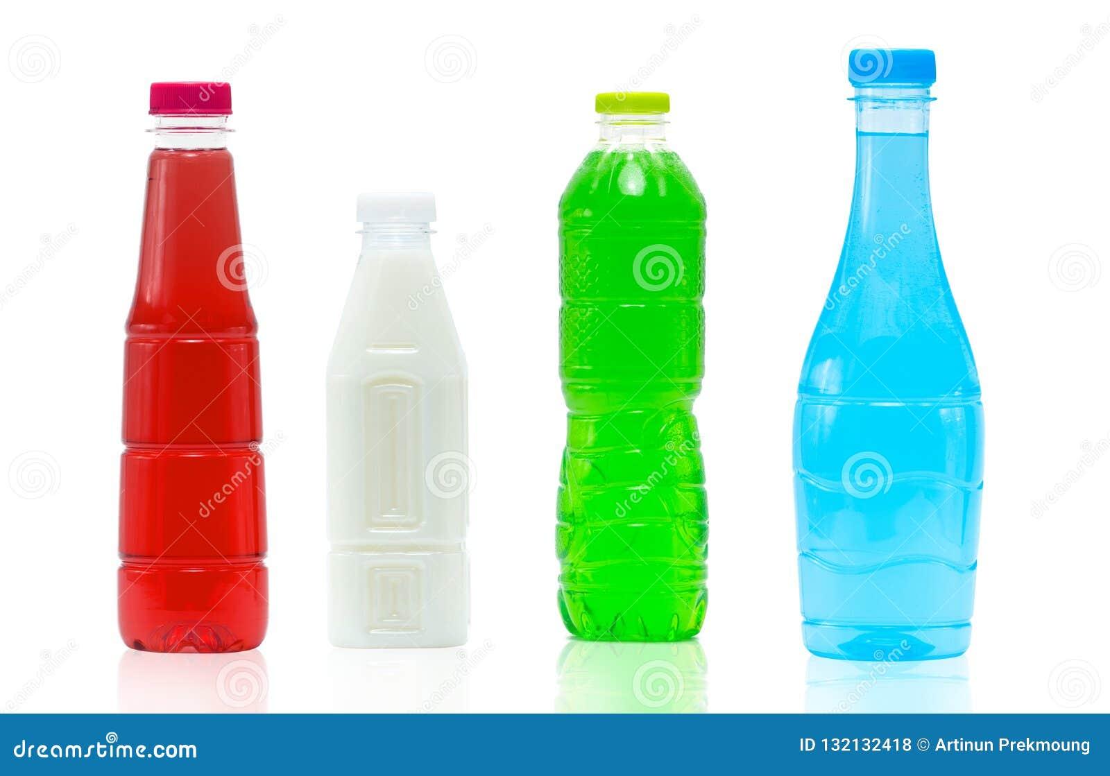 Безалкогольный напиток в пластиковых бутылке и крышке с современным комплексным конструированием на белой предпосылке с пустым яр