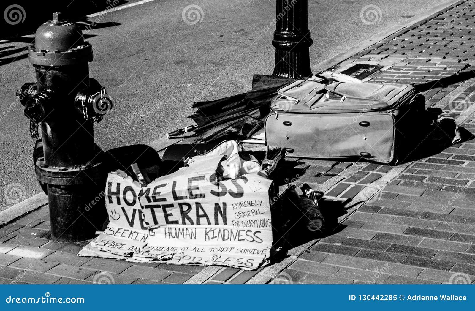 Бездомный знак и пожитки ветерана на улице города Бостон