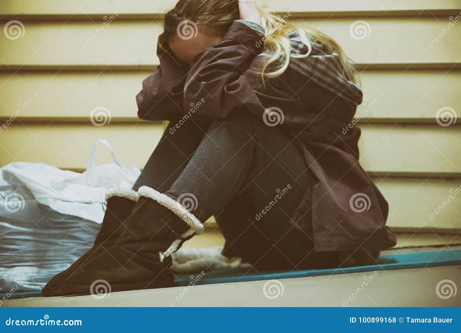 Бездомный подросток принимая укрытие