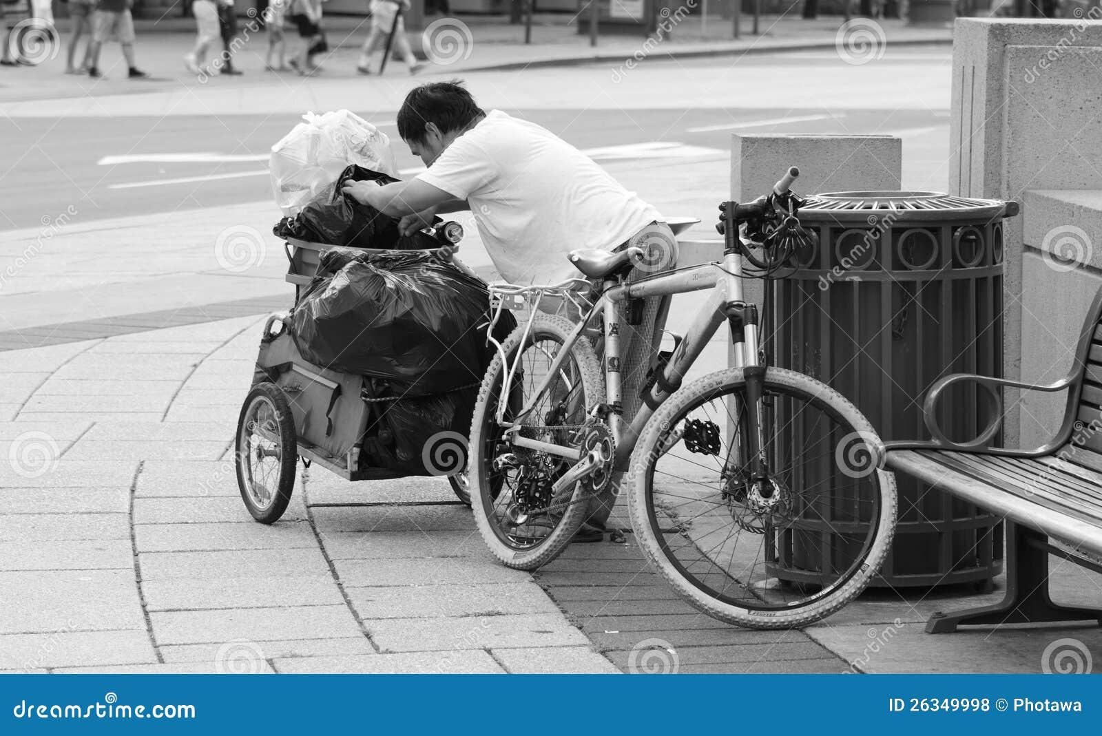 Бездомный человек с Bike и трейлером
