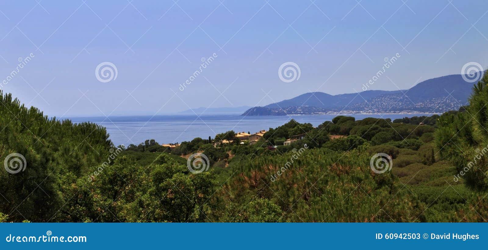 Безоблачное голубое небо отразило в неподвижное среднеземноморском в заливе St Tropez