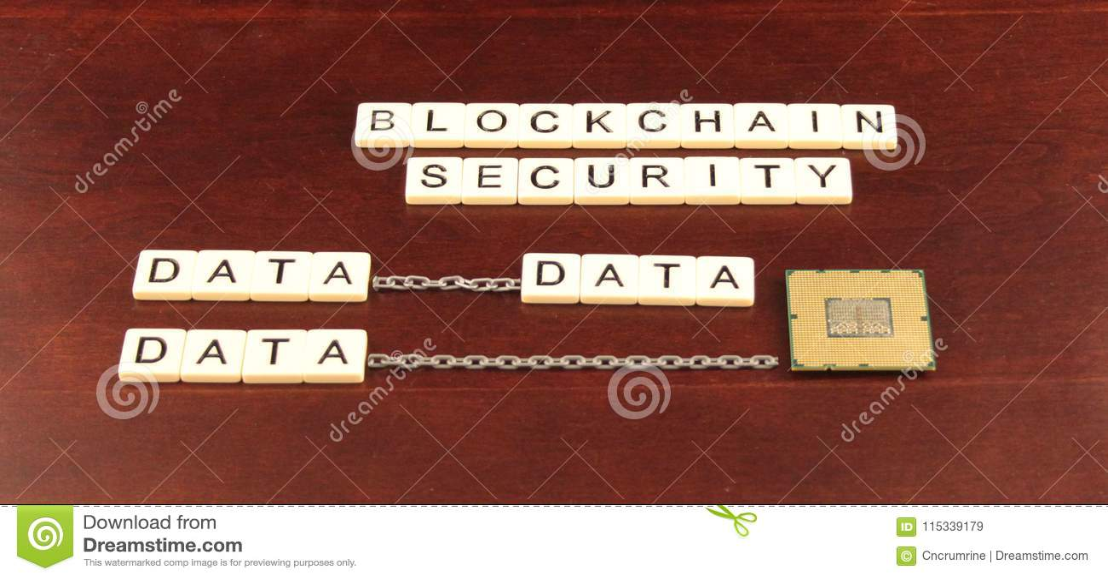 Безопасность цепи блока сказала по буквам вне в плитках на предпосылке вишни деревянной с данными и чипом процессора underneath