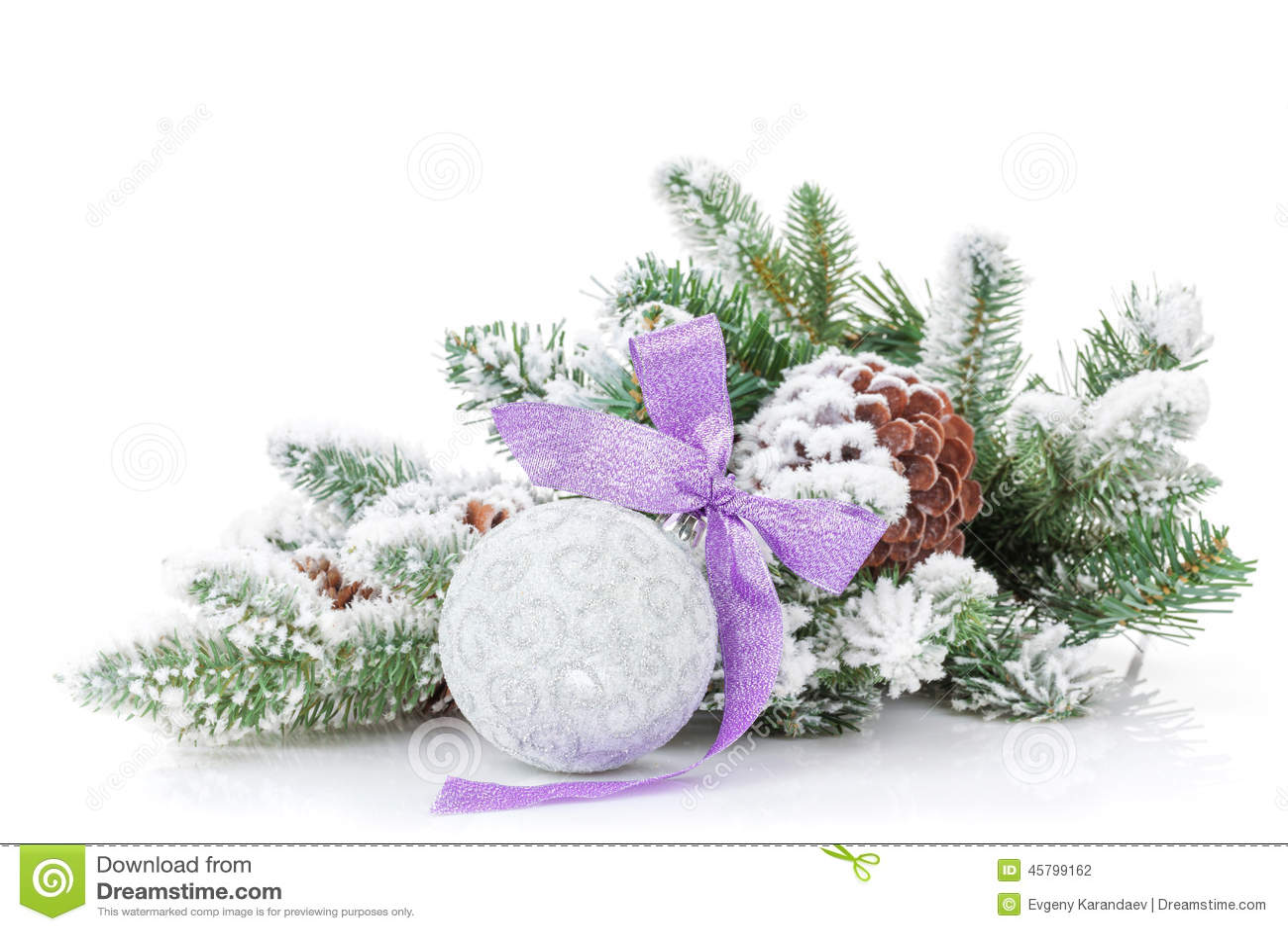 Безделушка рождества с фиолетовыми лентой и елью