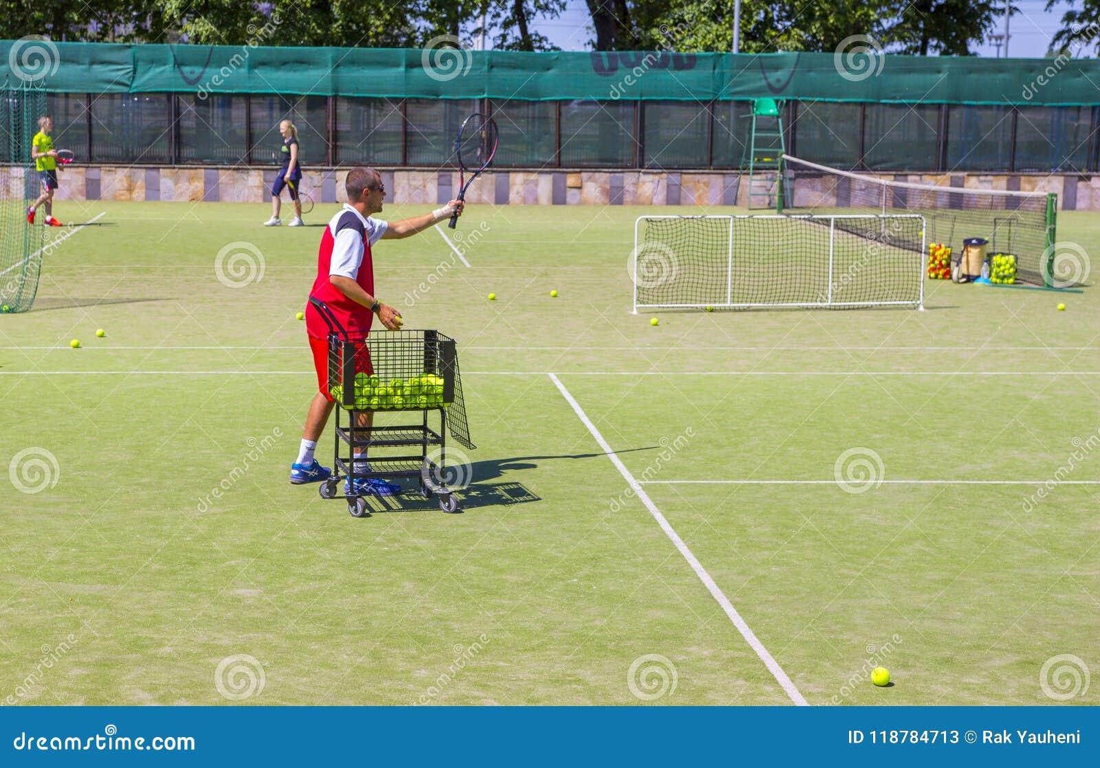 Беларусь, Минск 08 06 2018 тренер служат теннисный мяч тренер по теннису
