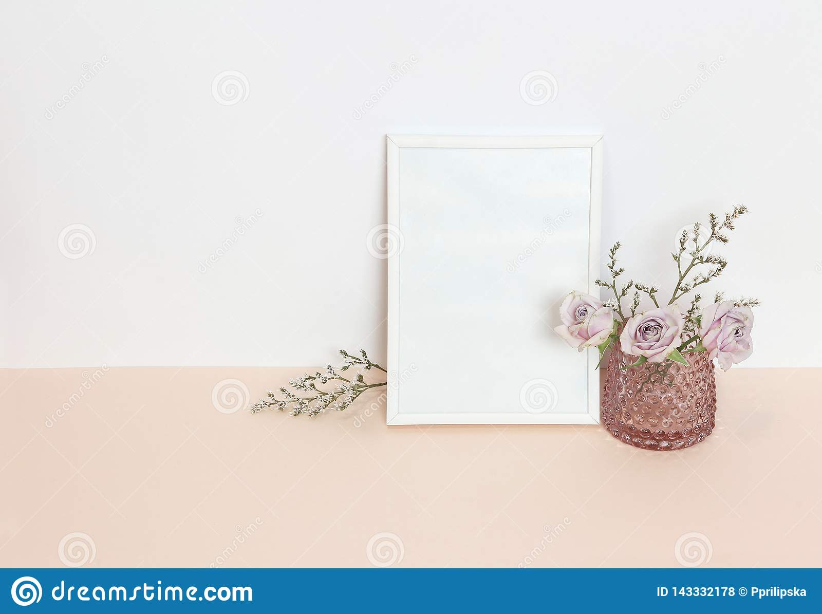Белая рамка с цветками на столе