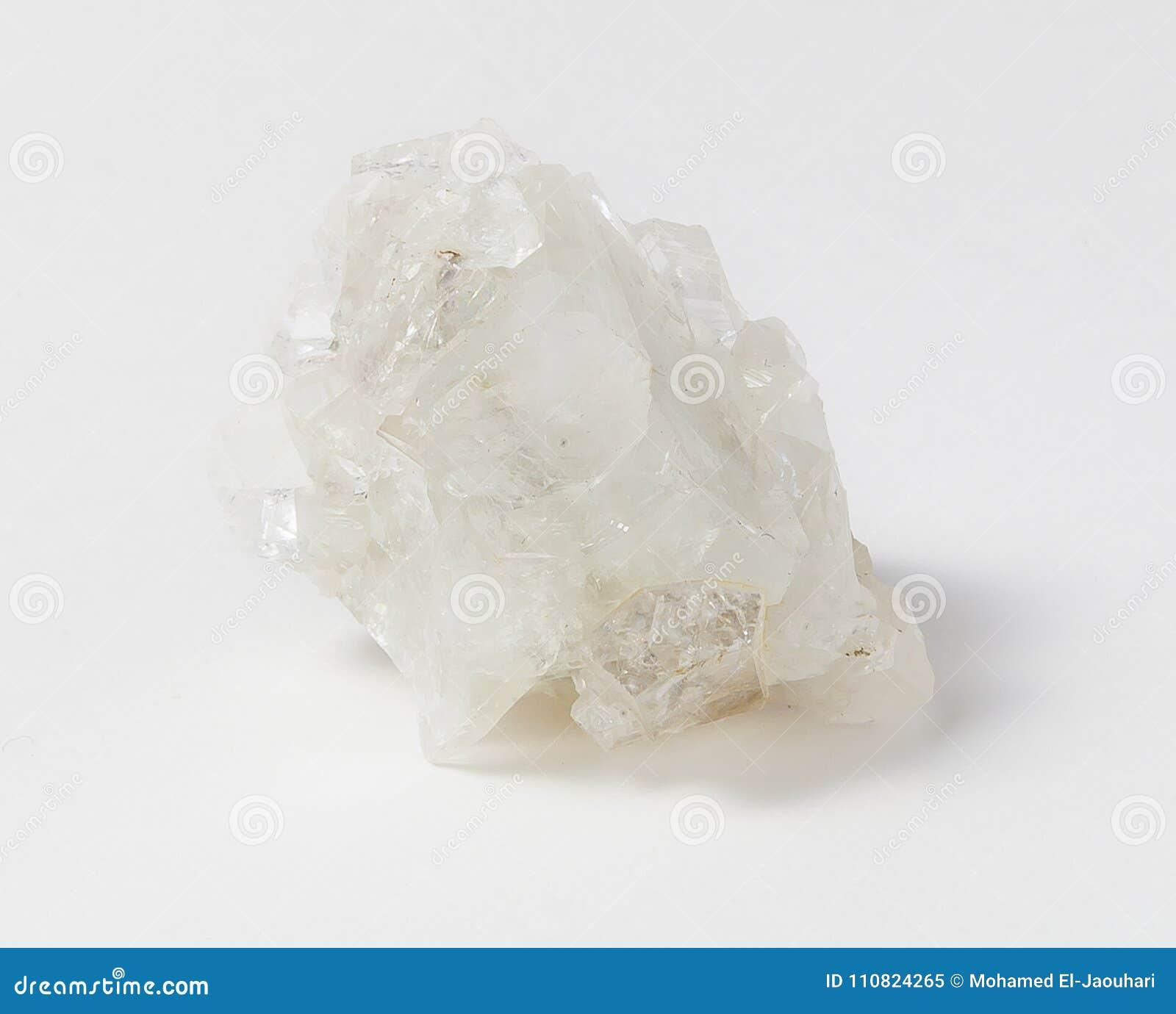 Белая руда apophyllite на белой предпосылке