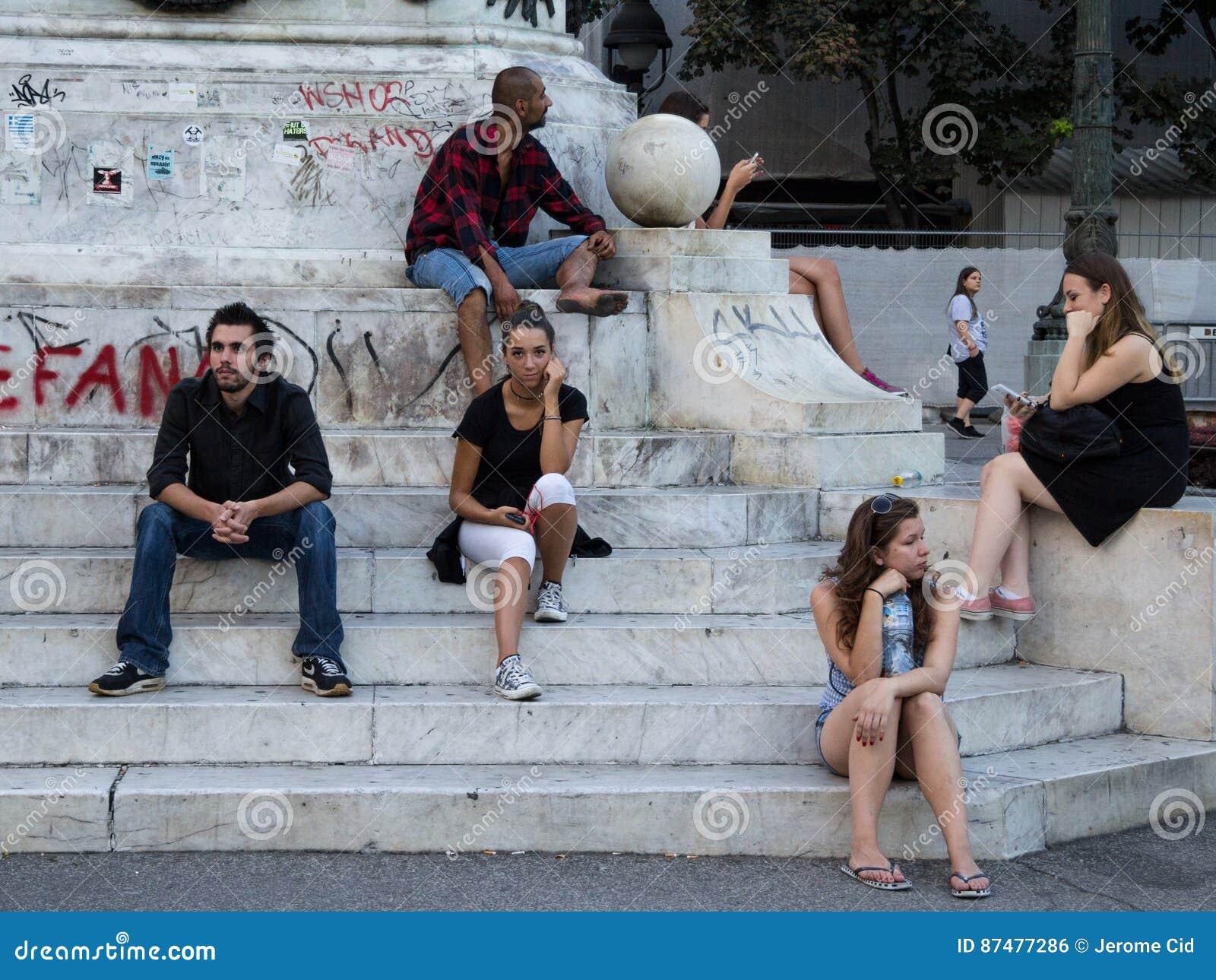 БЕЛГРАД, СЕРБИЯ - 2-ОЕ АВГУСТА 2015: Маленькие девочки людей, мальчики и старик ждать на республике придают квадратную форму под