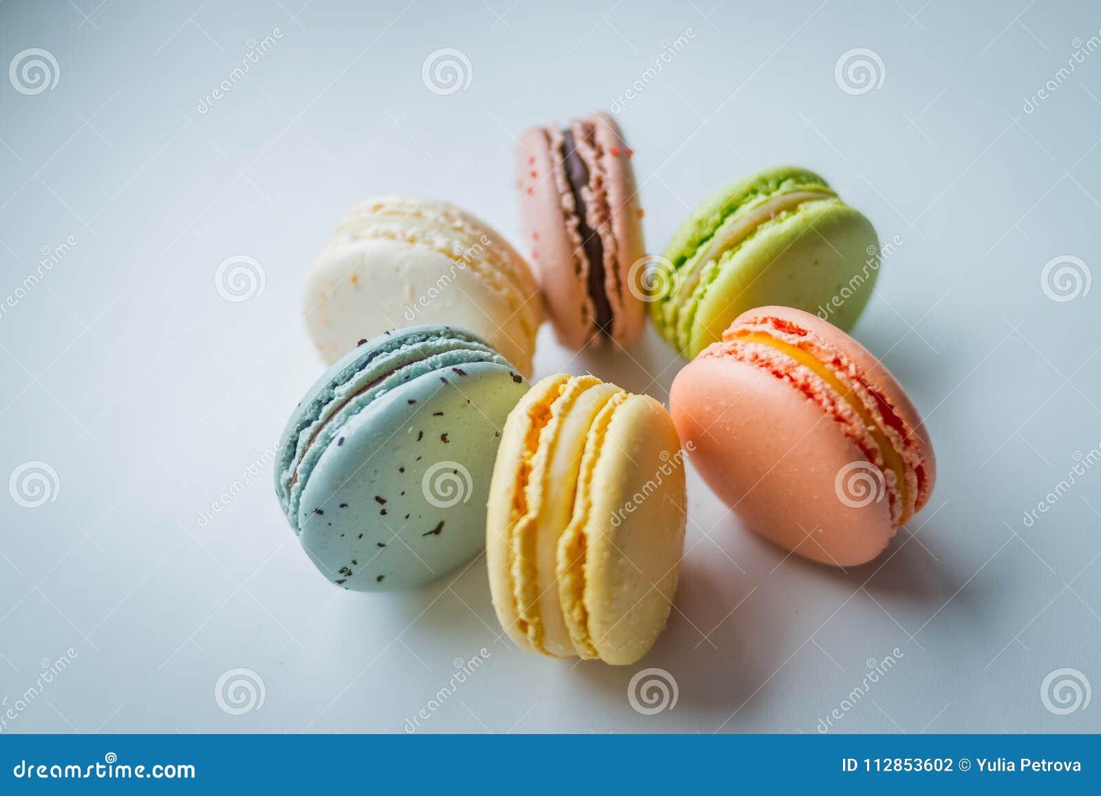 белизна разнообразия французских macaroons деликатности крупного плана предпосылки сладостная Macaroons на белой предпосылке Вкус