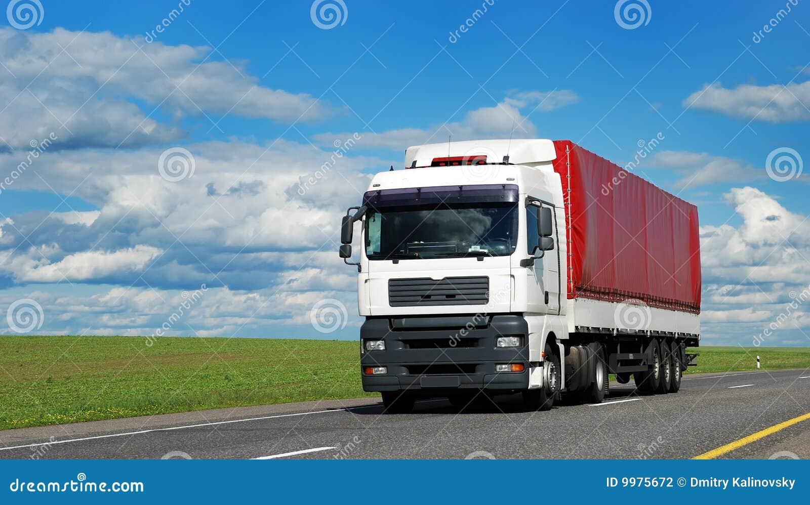 белизна трейлера грузовика красная