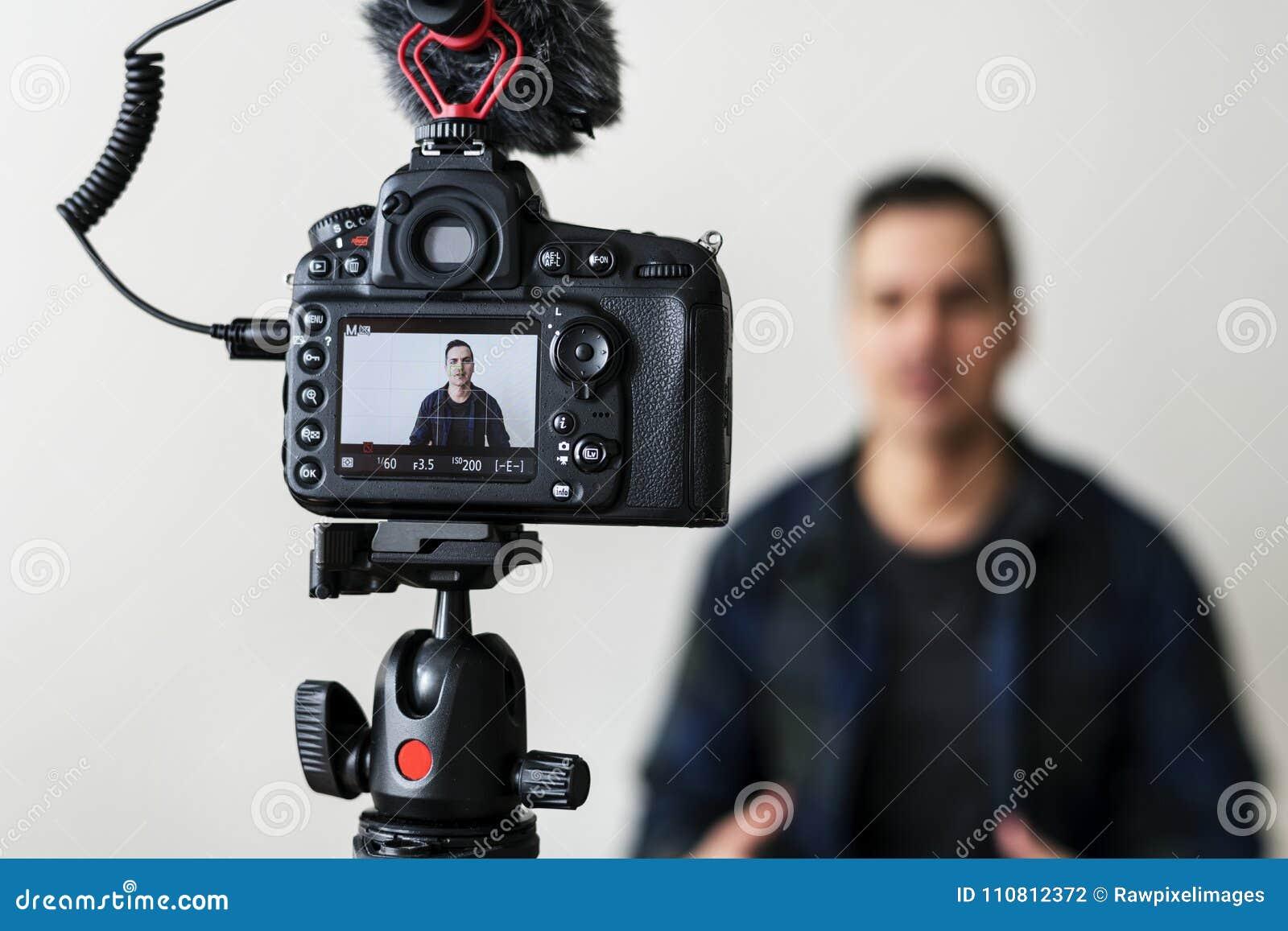 Белое видео записи блоггера используя камеру