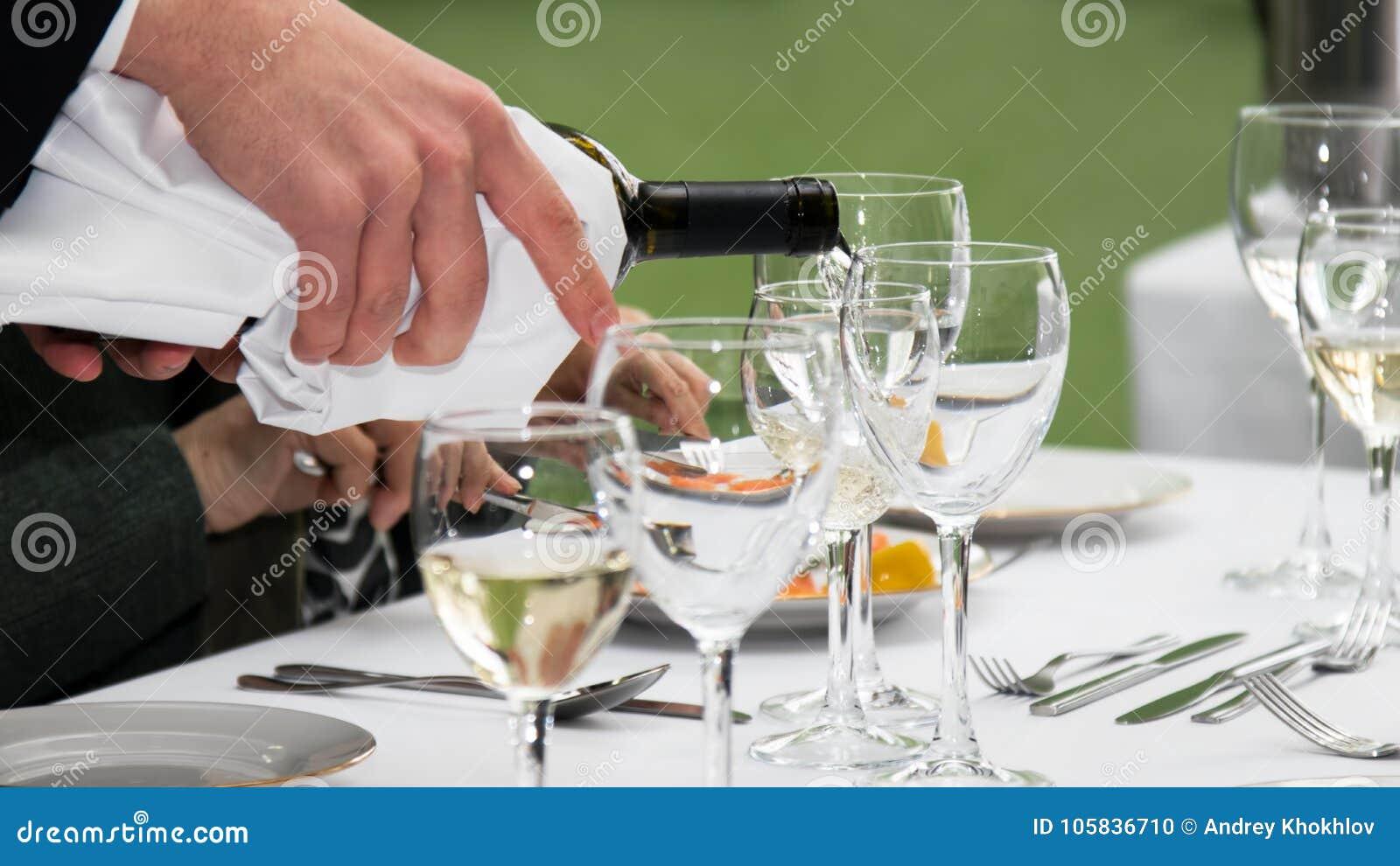 Белое вино лить в стекло
