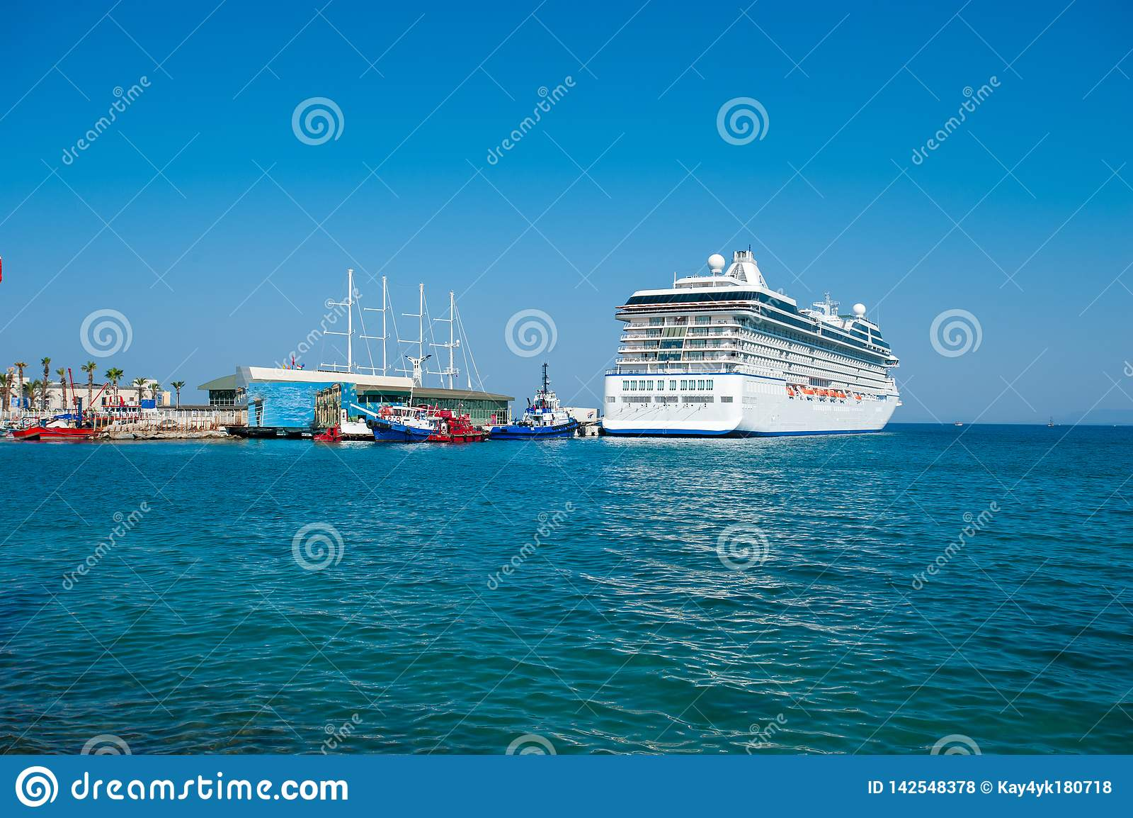 Белое состыкованное туристическое судно, круиз для всей семьи, туристическое судно