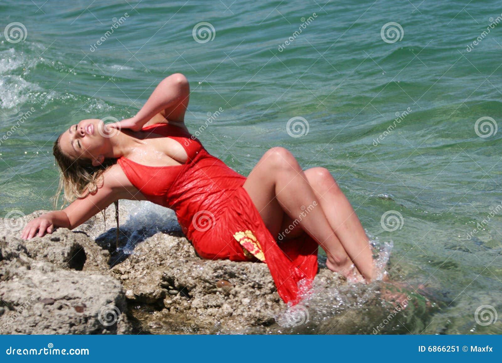 белокурая девушка платья сексуальная намочила
