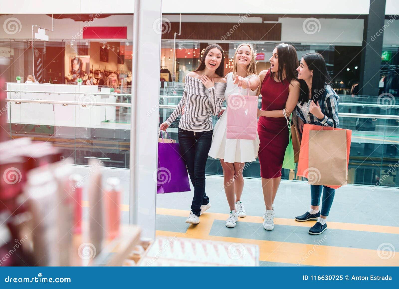Белокурая девушка смотрит передней и указывать Она очень excited Другие девушки смотрят в таком же направлении они
