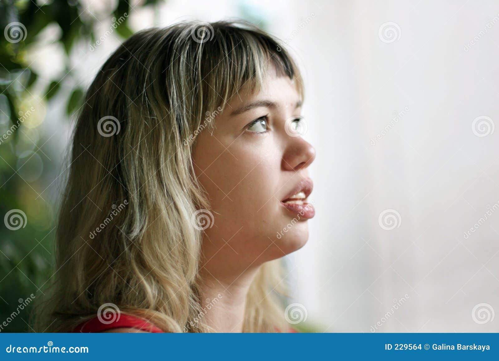 белокурая девушка смотря вверх