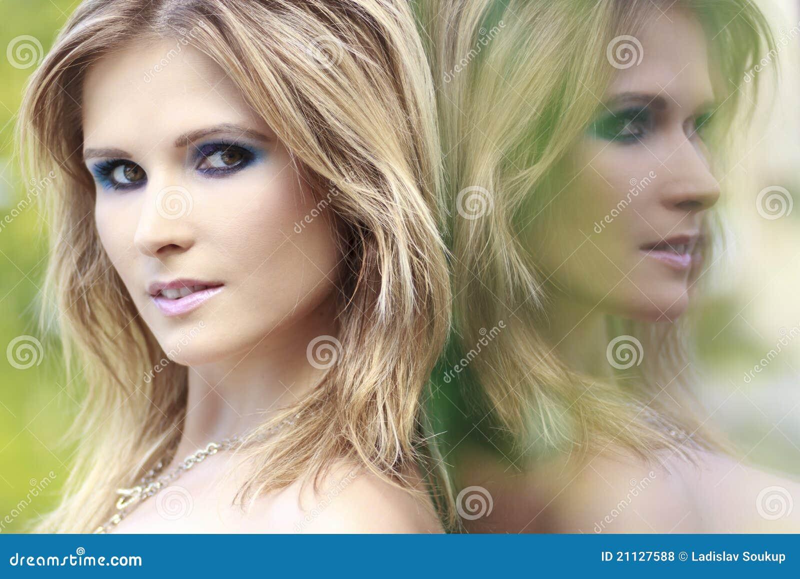 белокурая женщина отражения