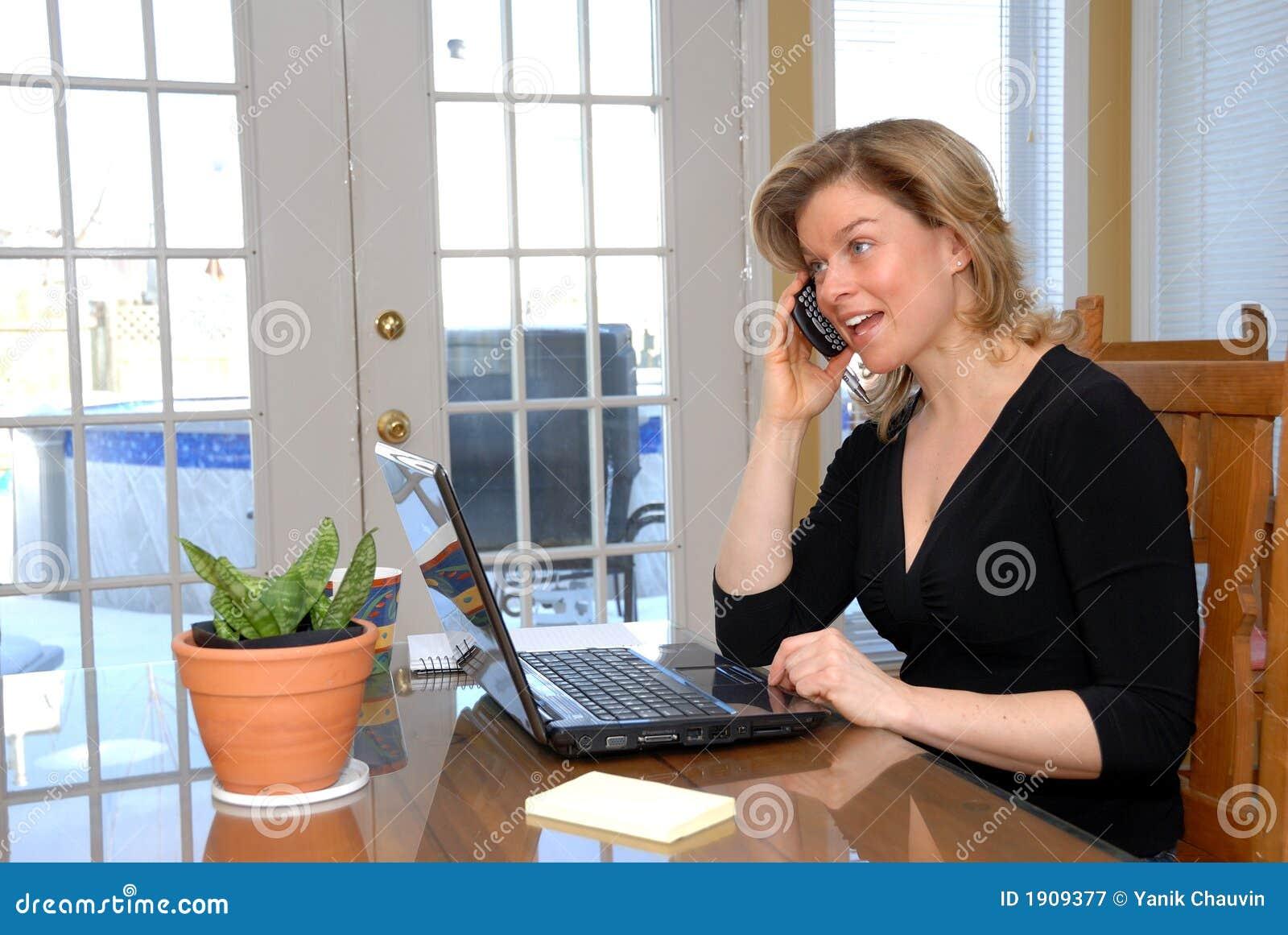 белокурая женщина телефона