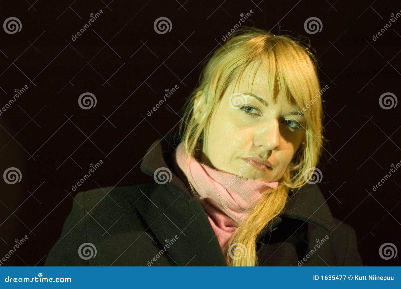 белокурая женщина шарфа