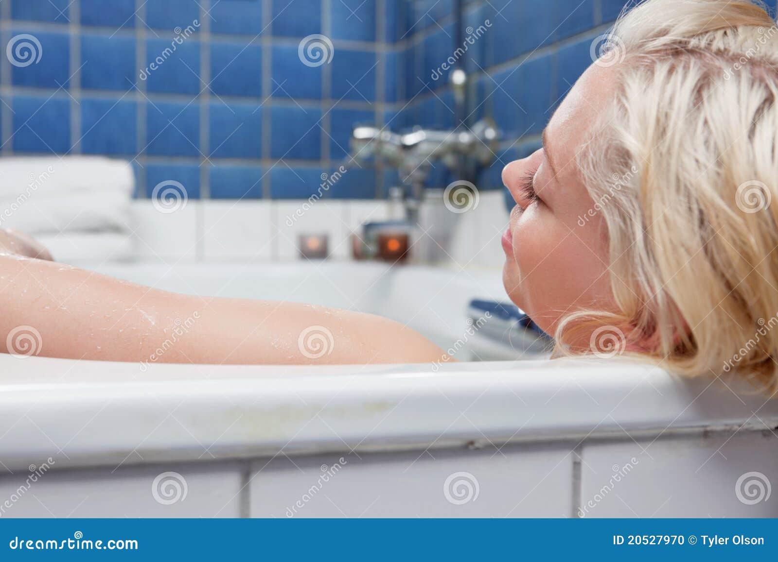 сопровождению девушка в ванной фото блондинка это ещё полбеды