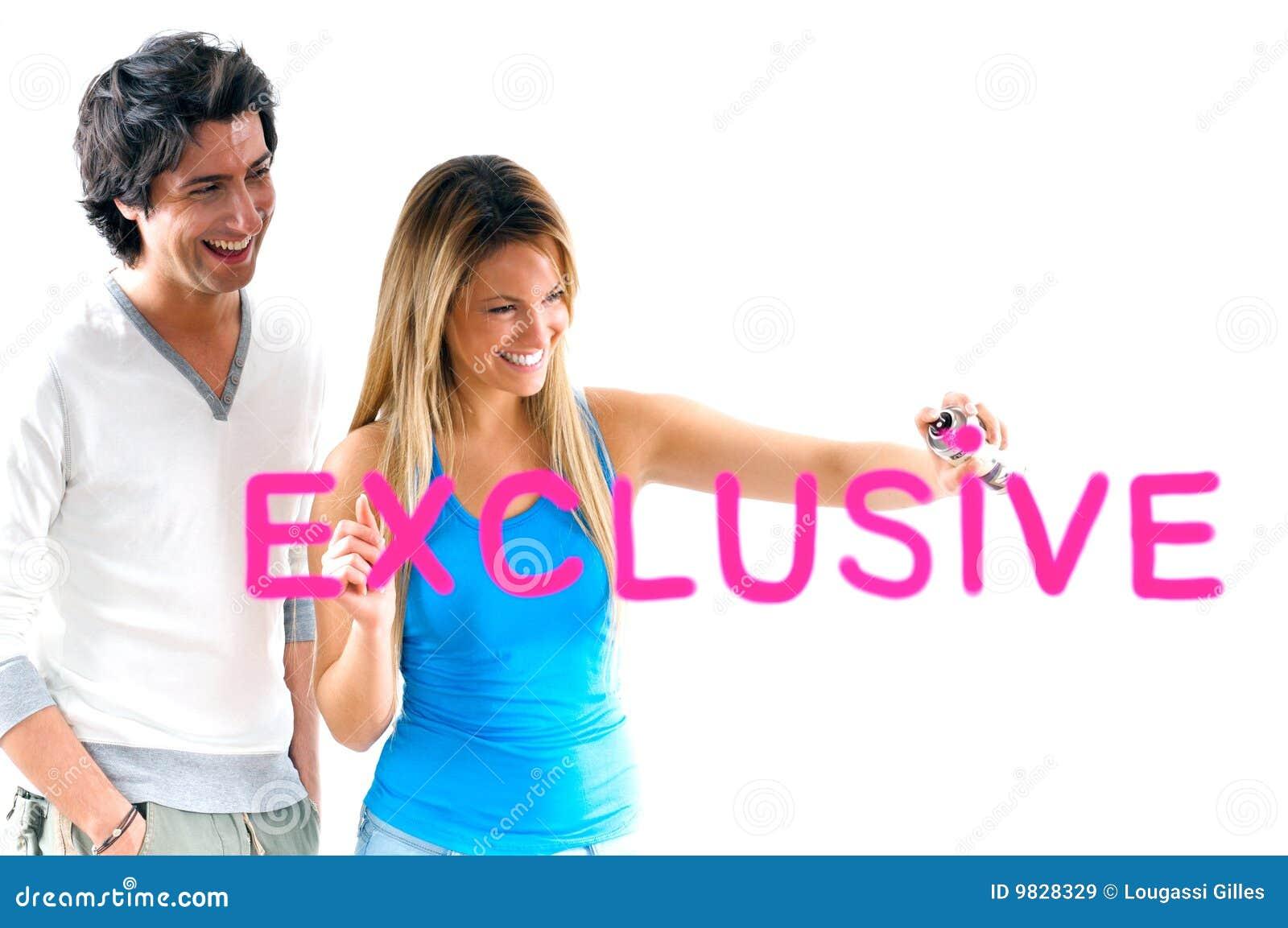 белокурый исключительный человек девушки оценивает сочинительство