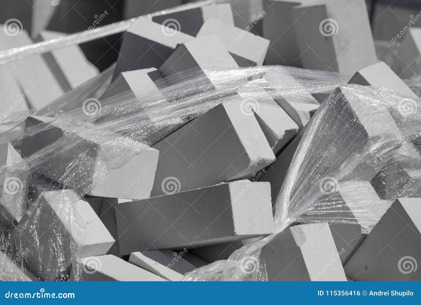 Белые кирпичи на строительной площадке как строительный материал