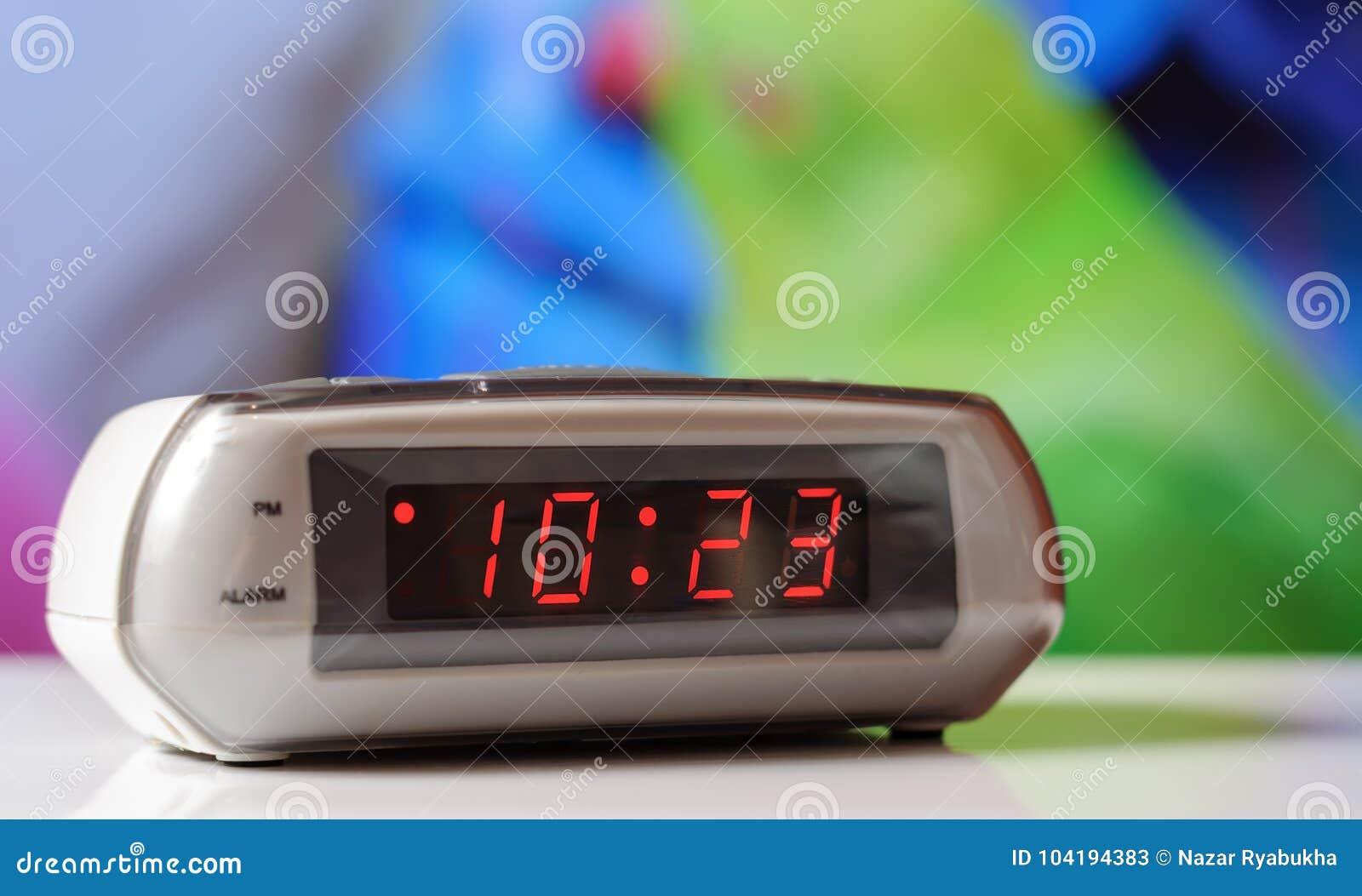 Белые электронные часы с красной шкалой Белые часы с будильником
