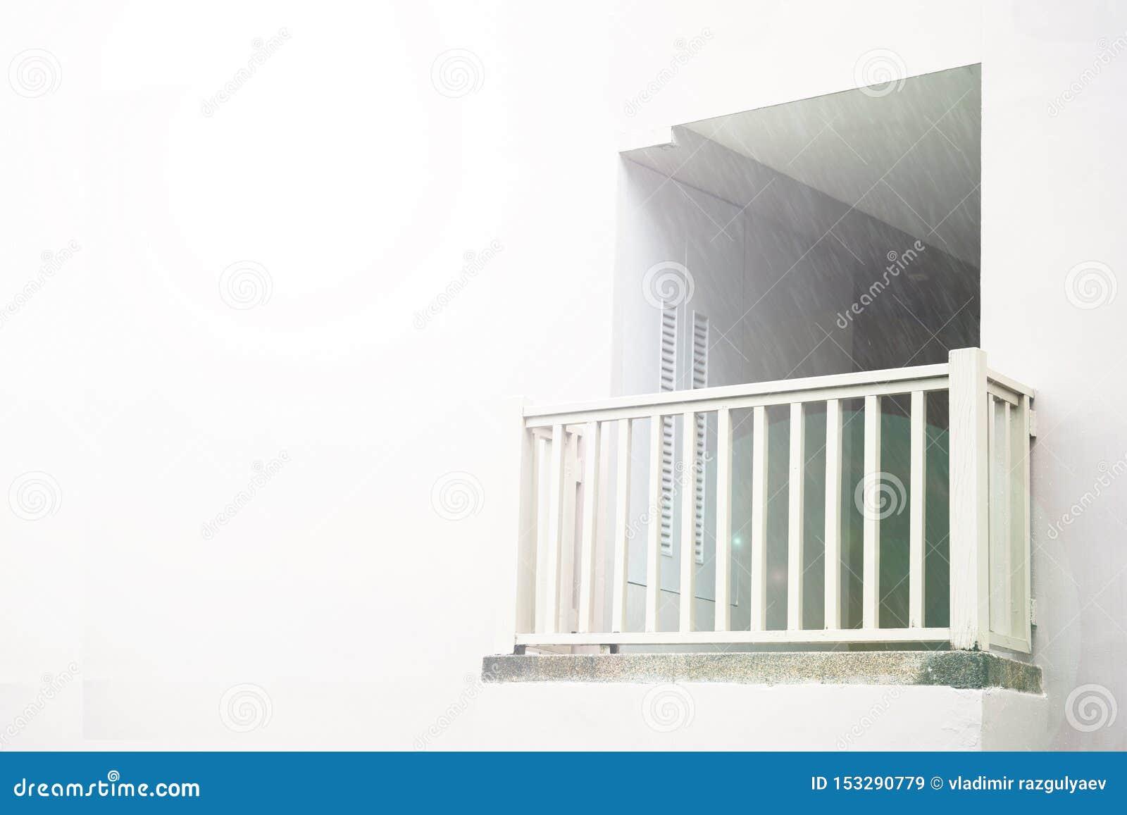 Белый балкон, божественное сияние, против белой стены, затопленной со светом место, который нужно связывать с богом или