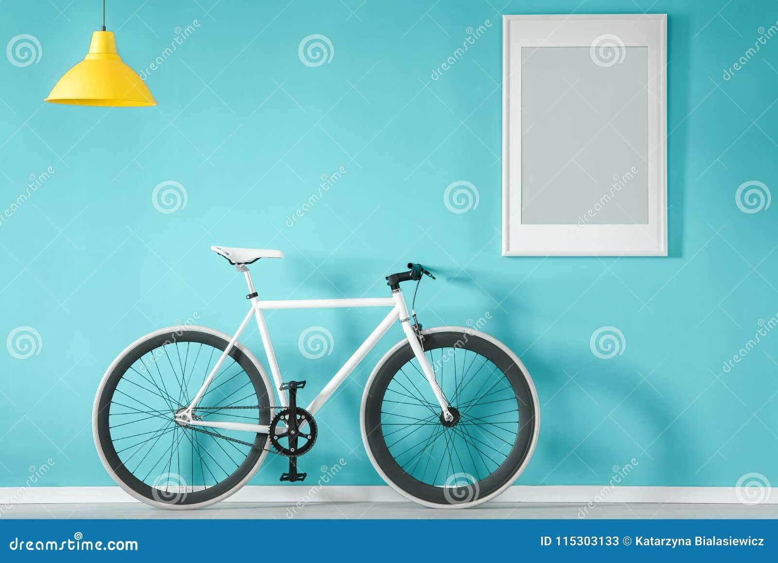 Белый велосипед в голубом интерьере