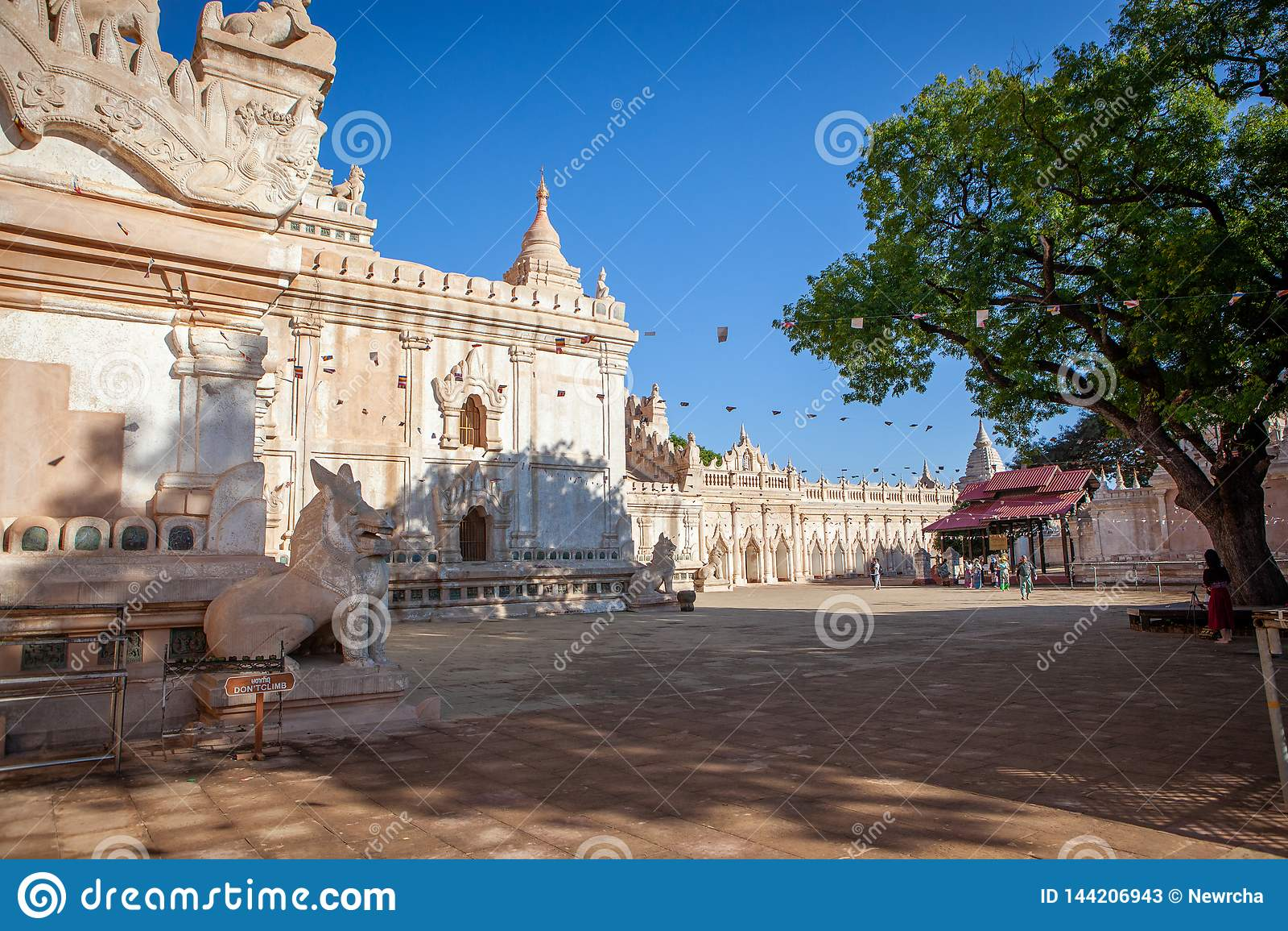 Белый висок Ananda буддийский в старом Bagan, Мьянме