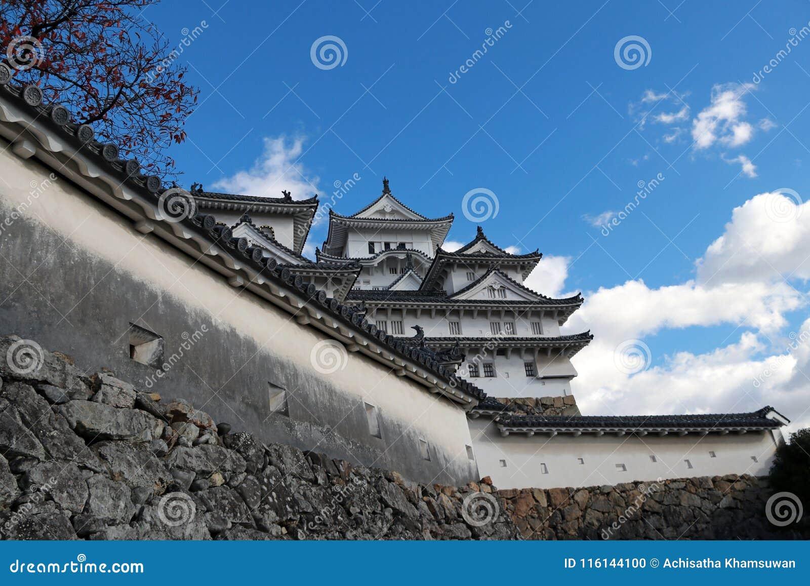Белый замок Himeji и стена на предпосылке голубого неба Замок Himeji также известный как белый замок цапли