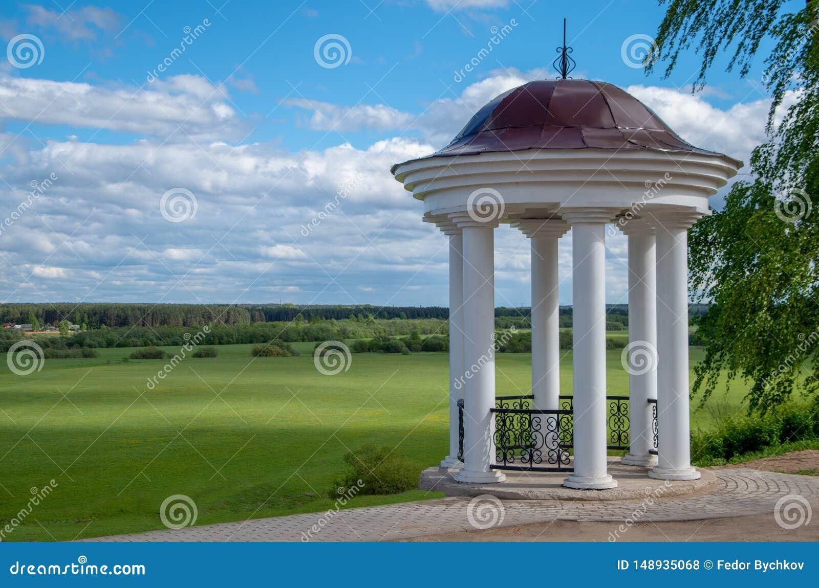 Белый памятник со столбцами