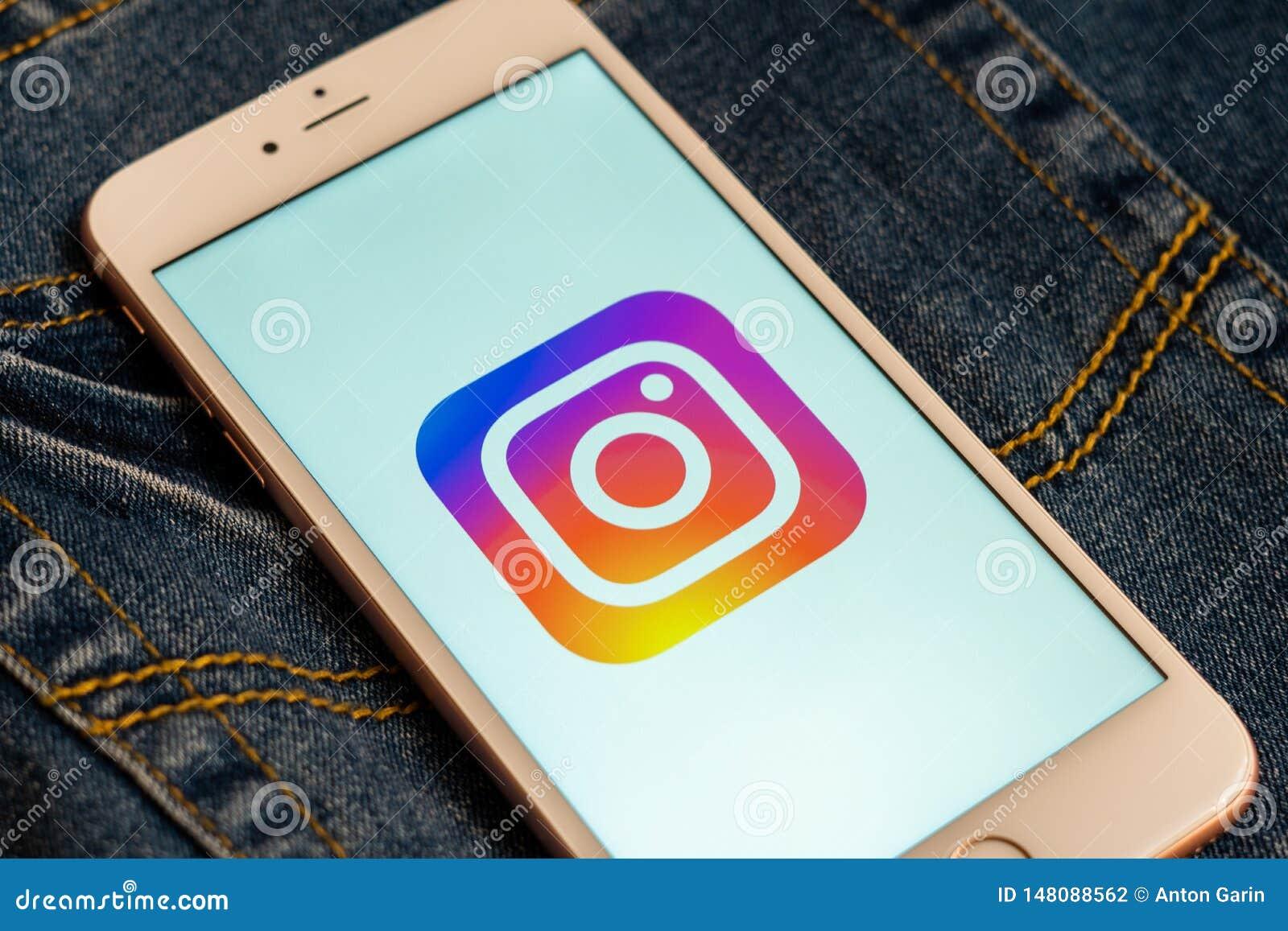Белый телефон с логотипом социальных средств массовой информации Instagram на экране r